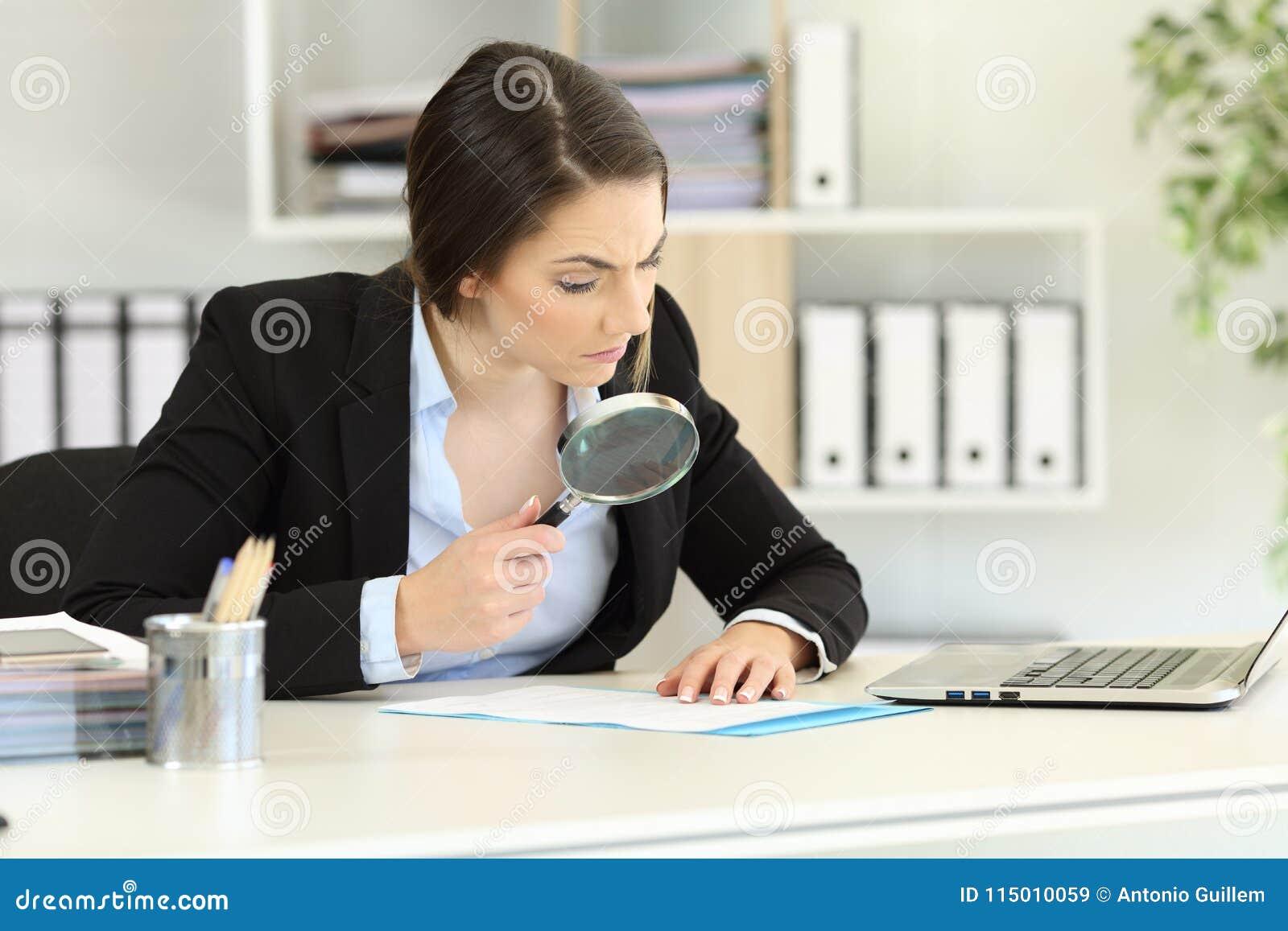 Misstänksam ledare som aktsamt analyserar ett dokument