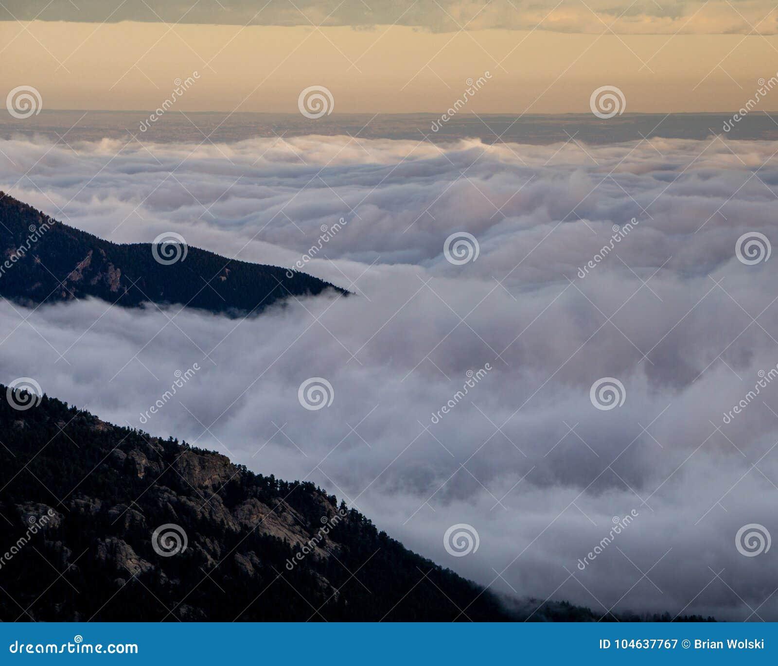 Download Mist In De Uitlopers Van Colorado Stock Afbeelding - Afbeelding bestaande uit foggy, weer: 104637767