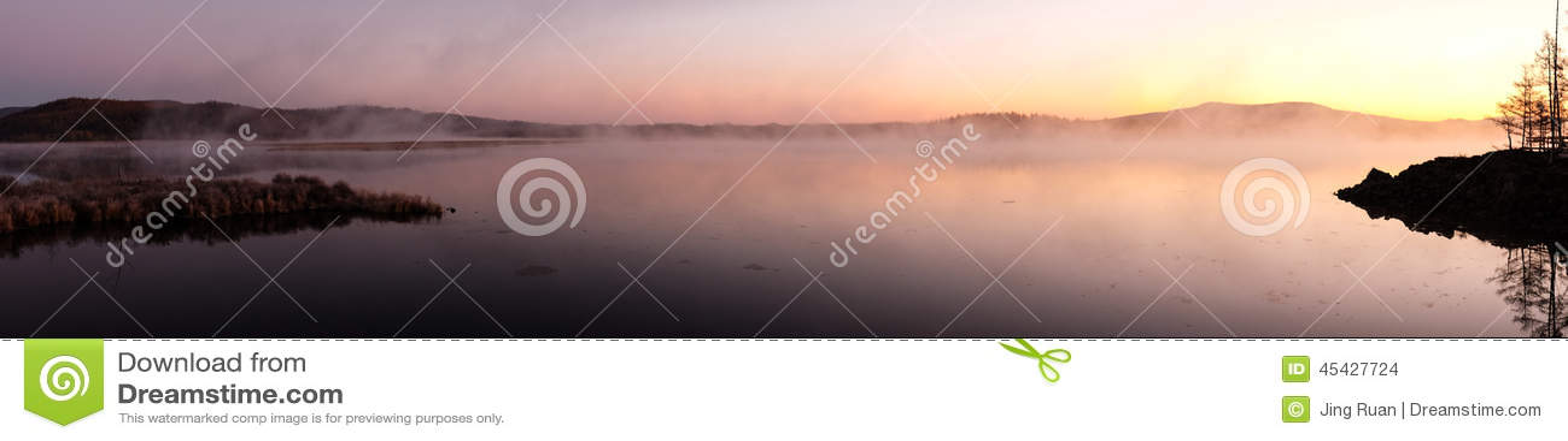 Mist van meer in de vroege ochtend