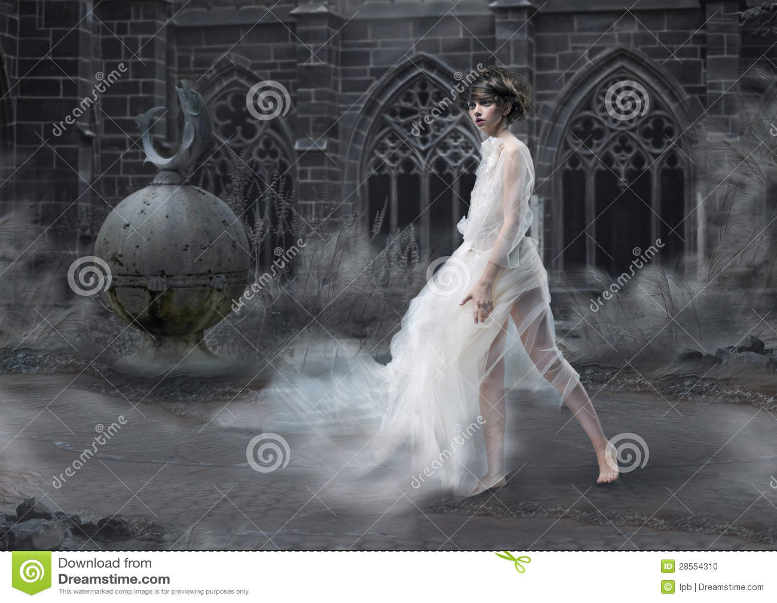 Mistero. Siluetta magica della donna in vecchio castello fumoso. Scenico antico mistico