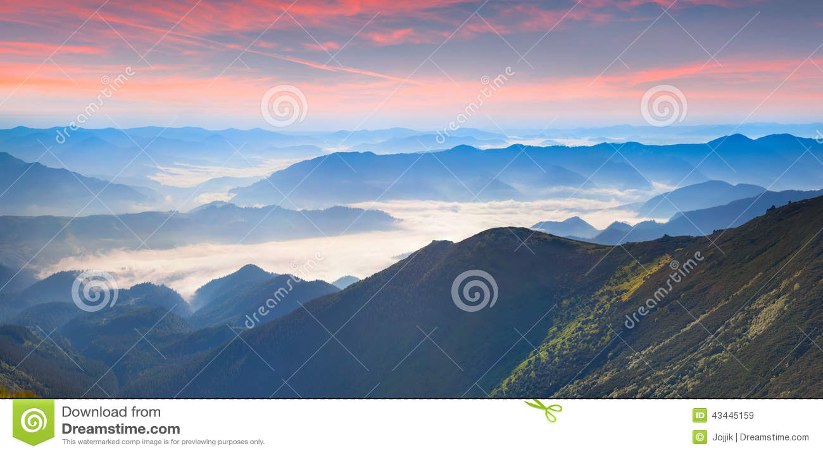 Mistig de zomerpanorama van de bergen