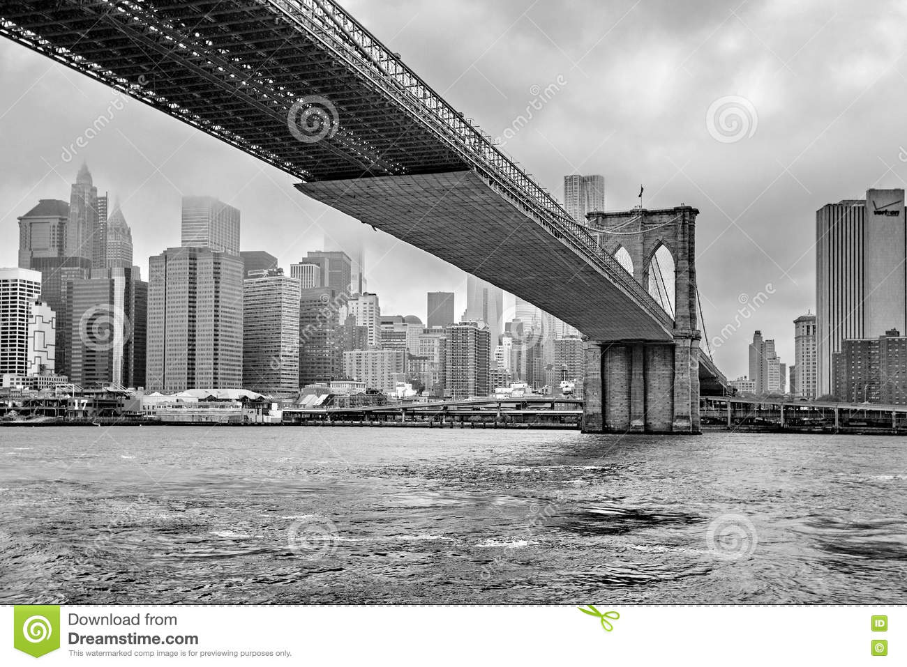 Mistig Manhattan - de horizon van Manhattan en de Brug van Brooklyn, Manhattan, New York, Verenigde Staten