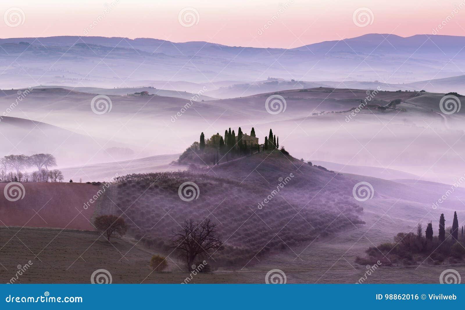 Mistige dageraad op plattelandsheuvels