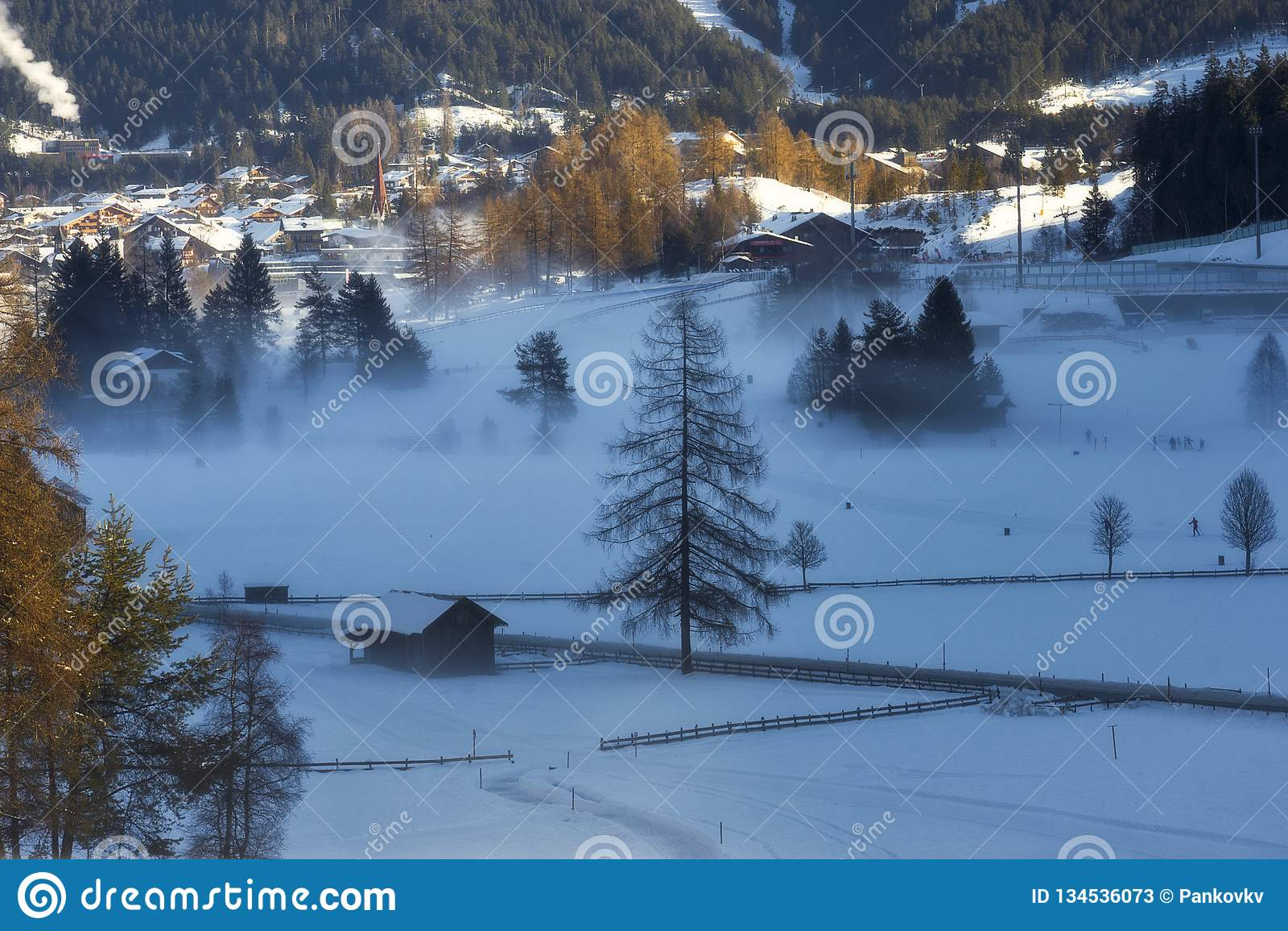 Mistige en koude ochtend in de vallei dichtbij Seefeld