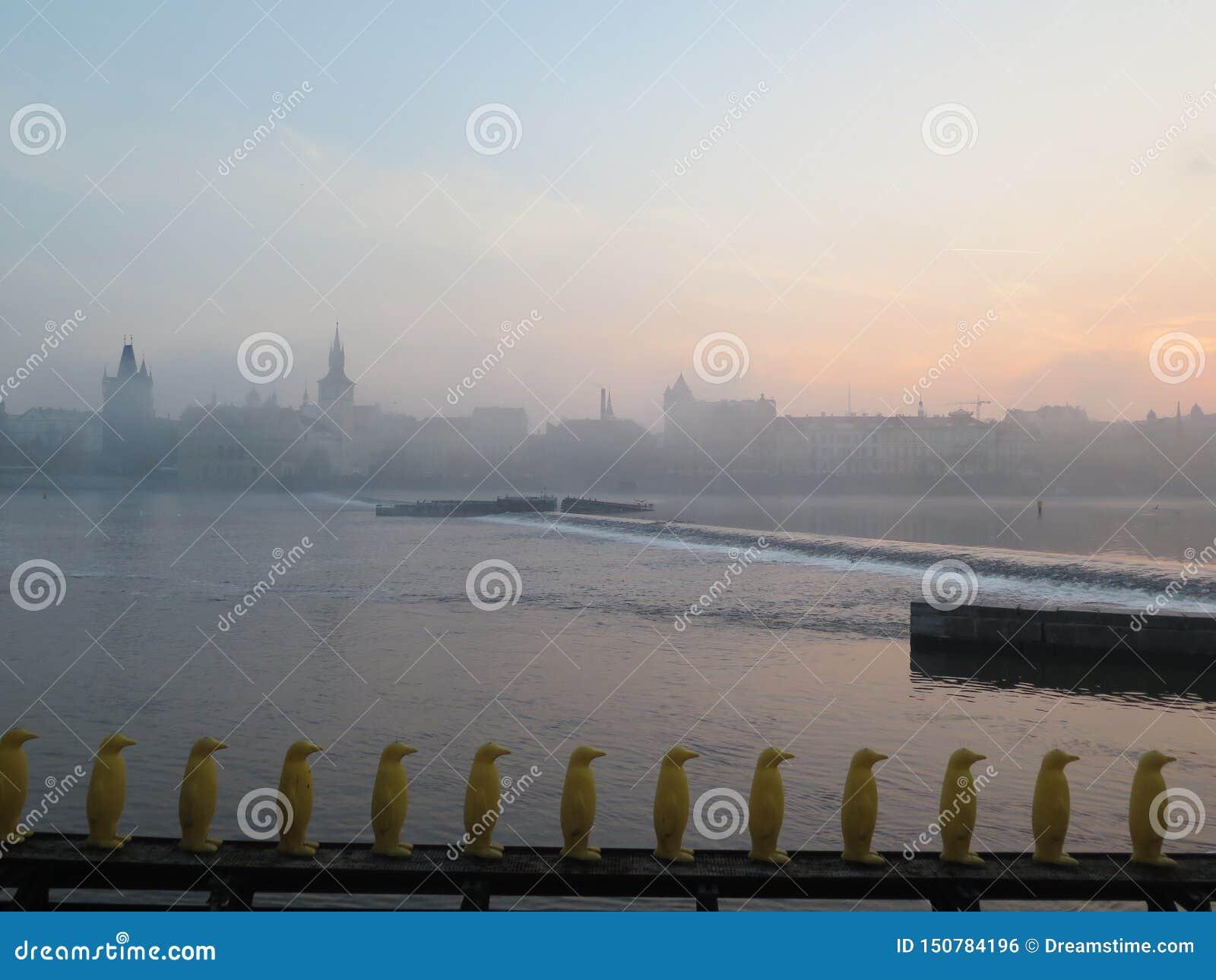 Mistige ochtend in de Tsjechische republiek van Praag