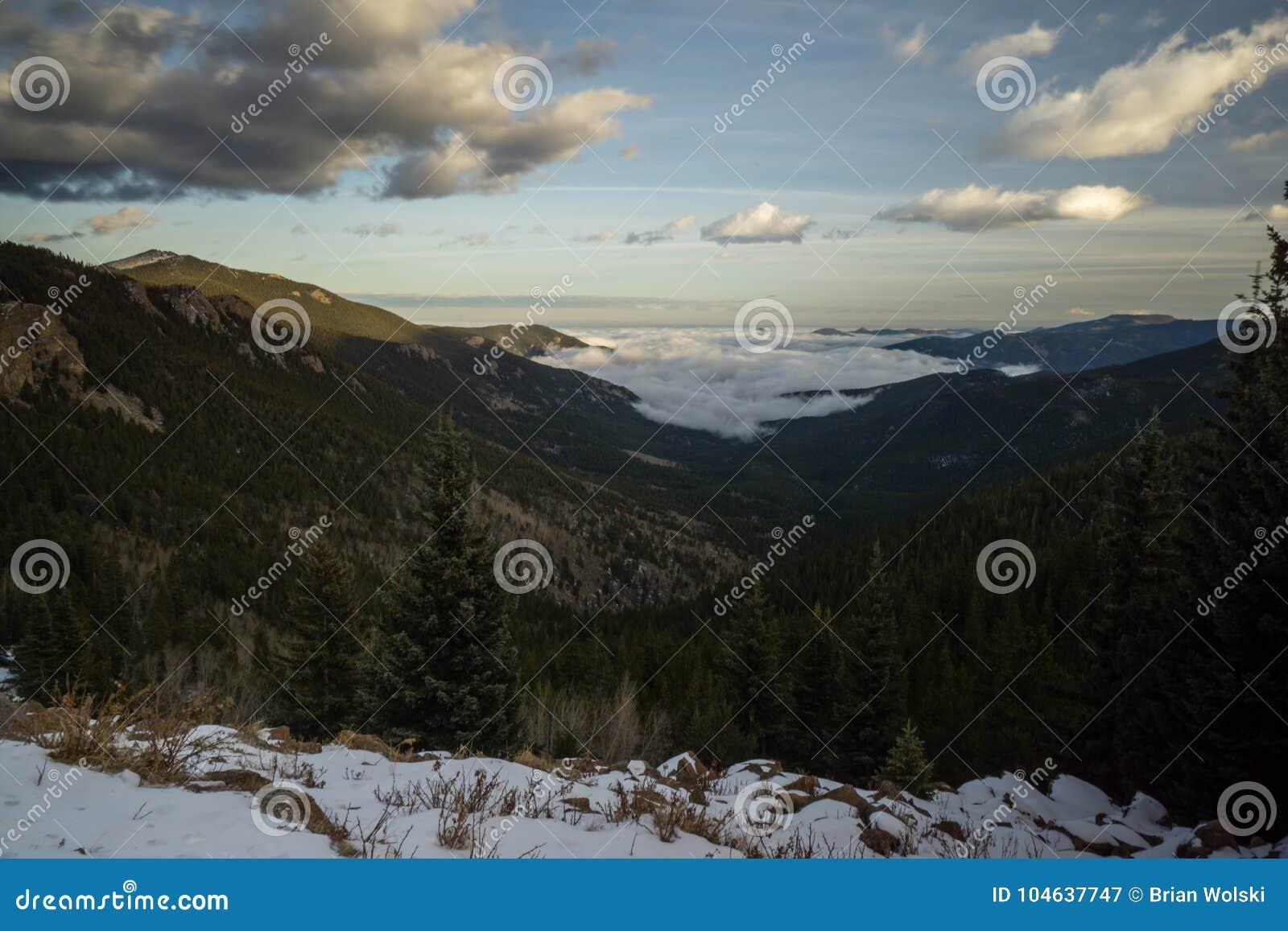Download Mistige Vallei in Colorado stock afbeelding. Afbeelding bestaande uit sneeuw - 104637747