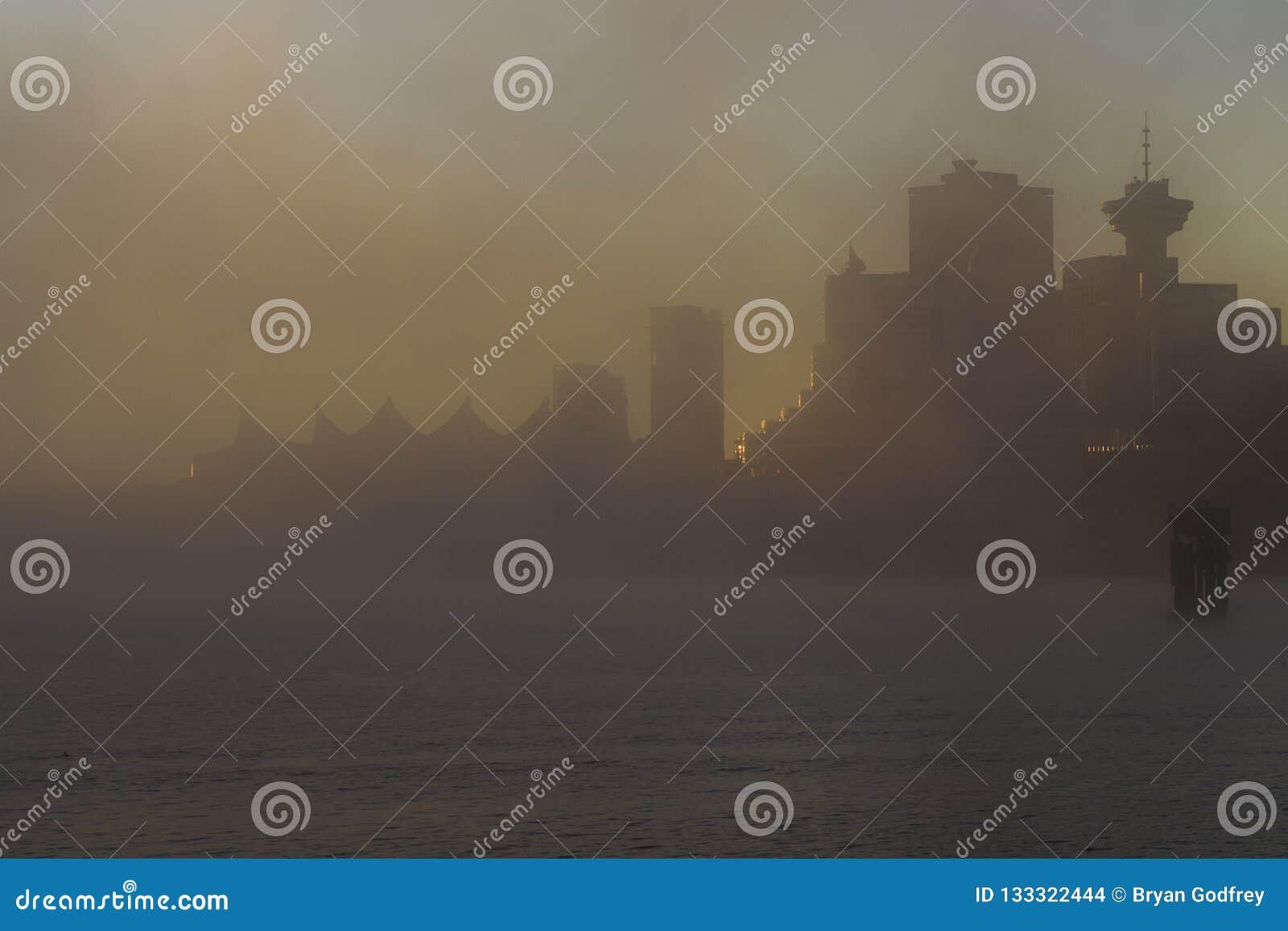 Mistige zonsopgang bij de plaats van Canada en de toren van het havencentrum in Vancouver, Canada
