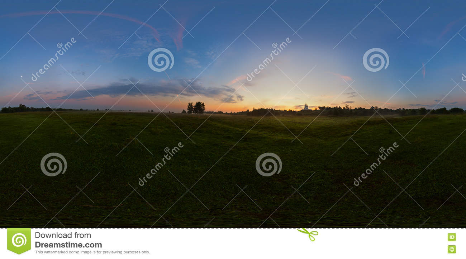 Mistige zonsopgang op weide sferisch panorama