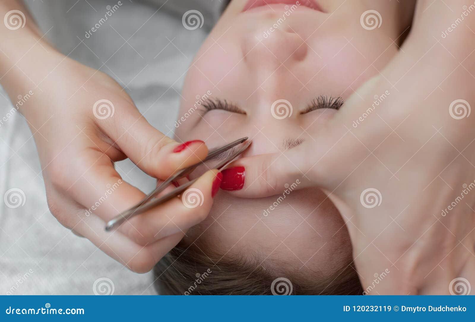 Mistrzowski makeup koryguje kształt i daje, wyciągał z forceps poprzednio malującym z henn brwiami