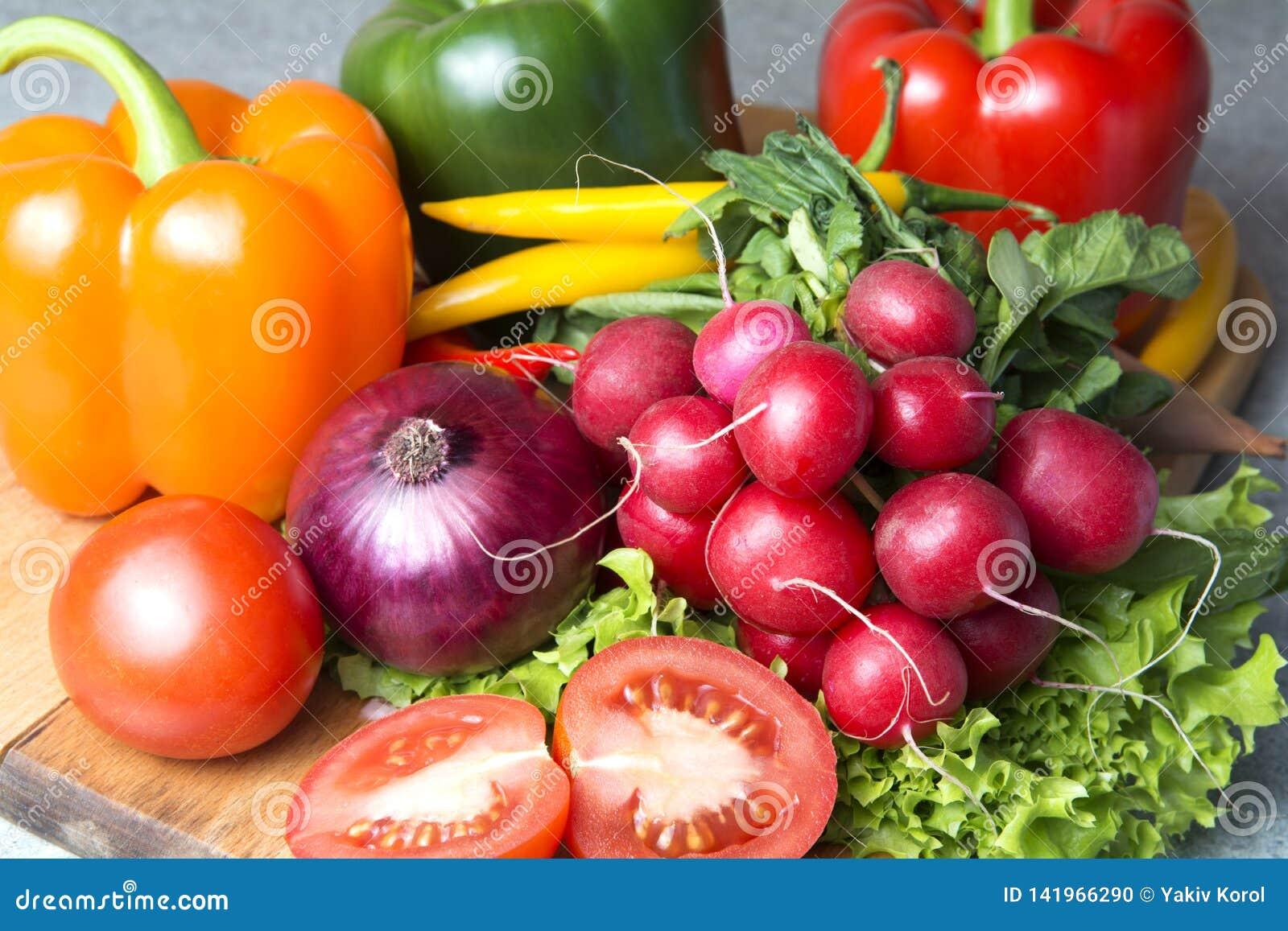 Mistura vegetal a cozinha Rabanete, tomate, paprika vermelha, paprika verde, paprika amarela, pimenta de pimentão encarnado, mala