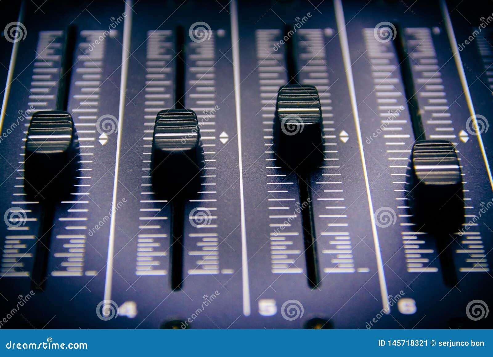 Misturador audio, controles e fader de mistura da mesa, console de mistura da m?sica com efeitos degradados para bandeiras e fund