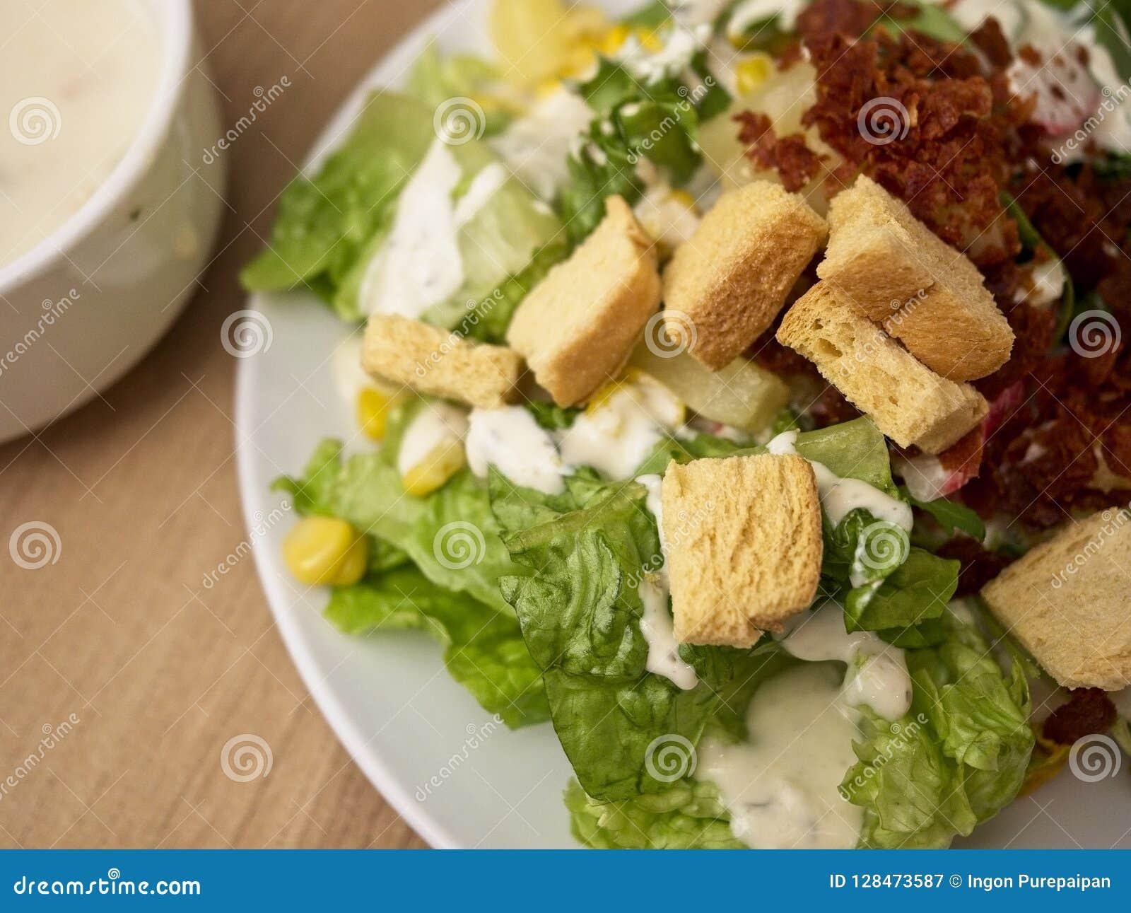 Misture a salada que consiste em frutos e em carnes dos legumes misturados na placa branca
