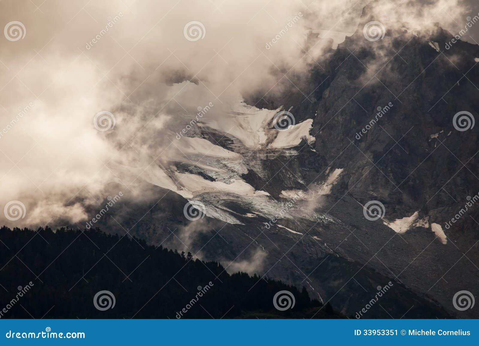 Misty Alaskan-bergen