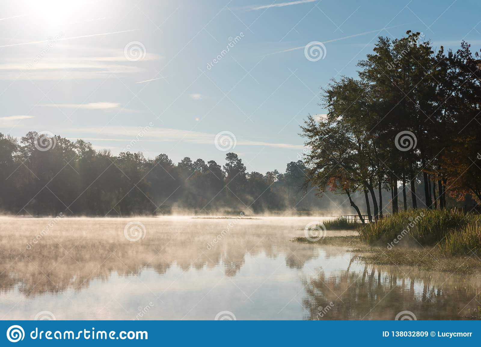 Misty Morning Reflections op Kalm Meer