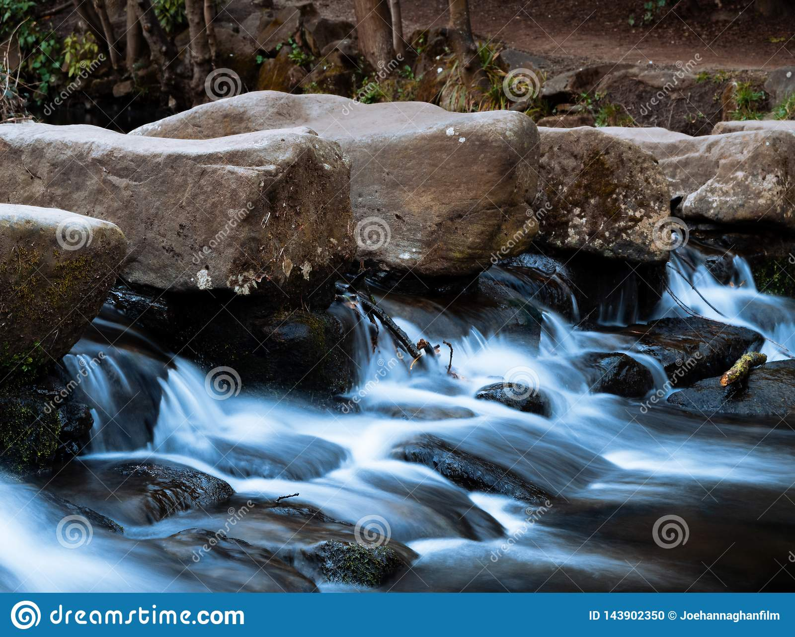 Misty River Waterfall im Park
