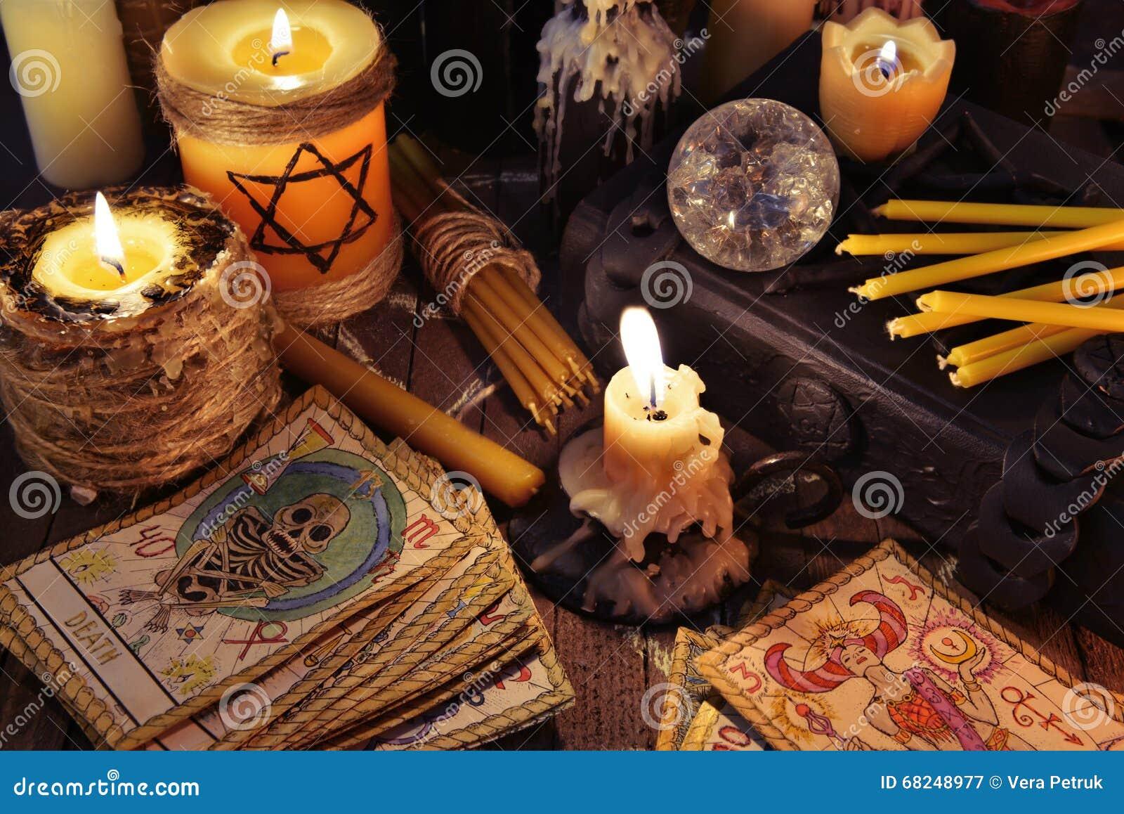 Mistyczki wciąż życie z kartami, świeczkami i książkami tarot,