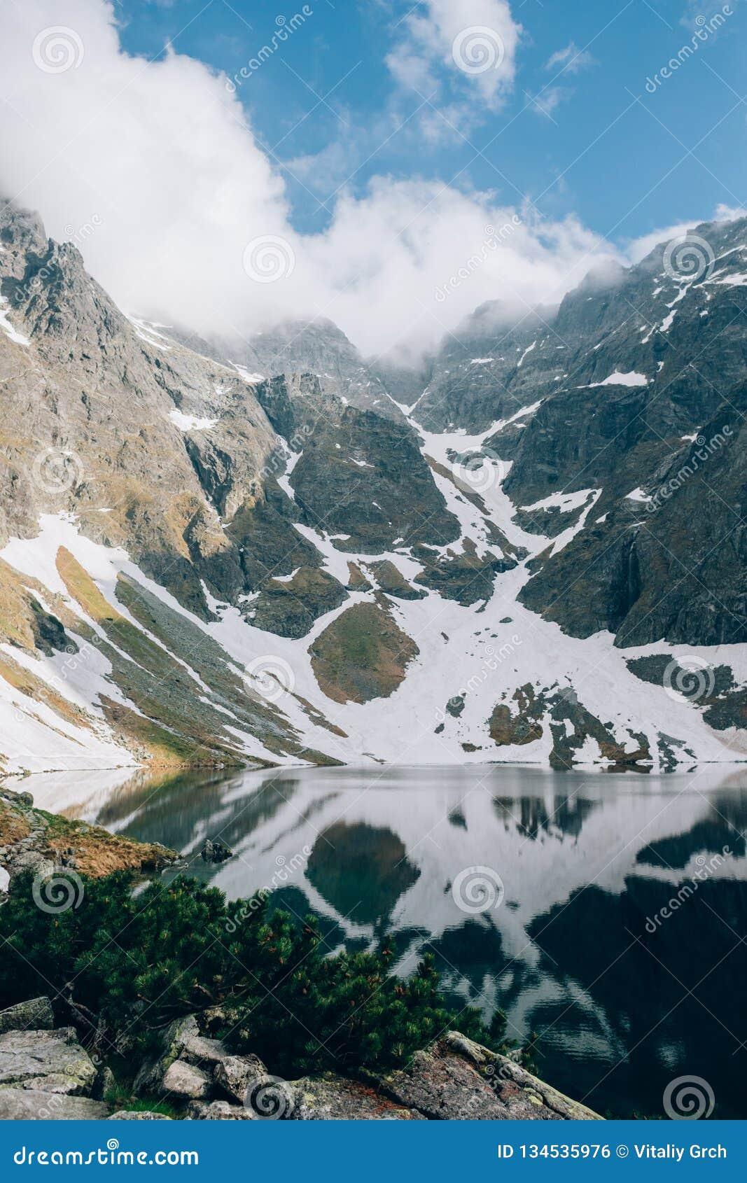 Mistyczny odbicie śnieg i góry w wodzie Czarny Staw Czernimy staw, Tatrzańskie góry, Polska