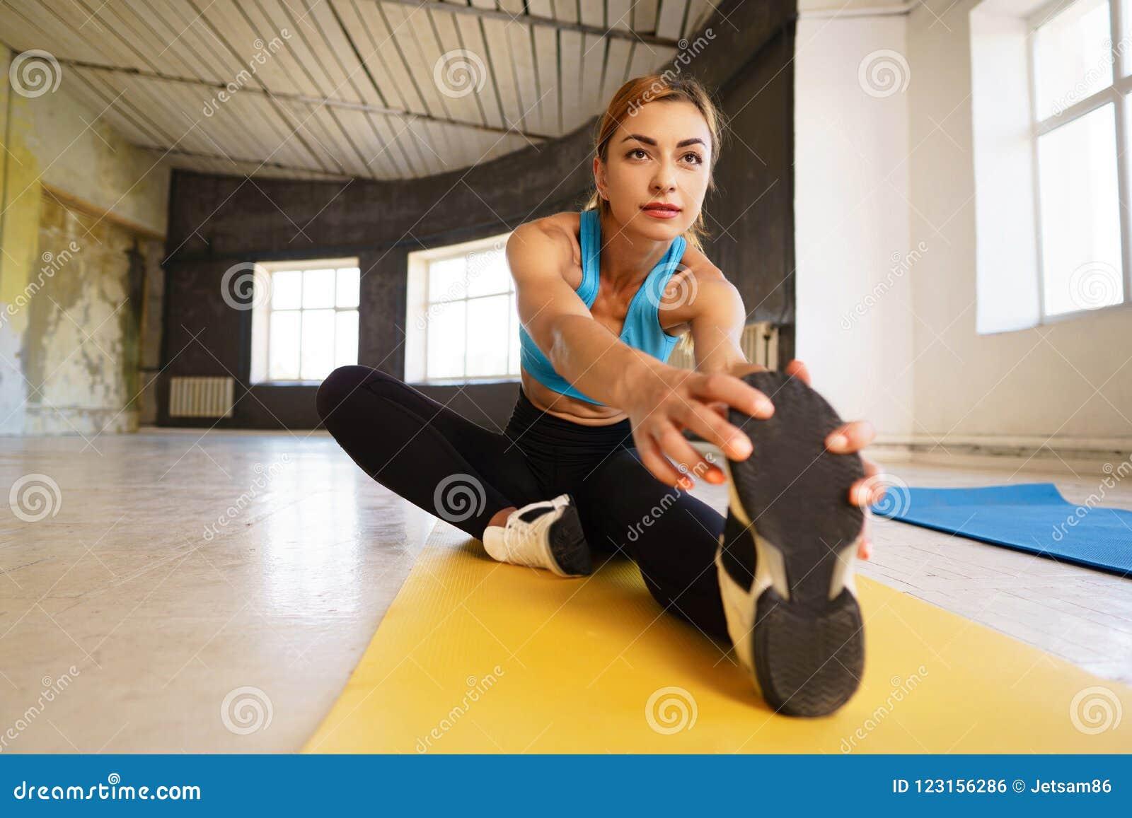 Misura l yoga di pratica della donna che allunga l esercitazione