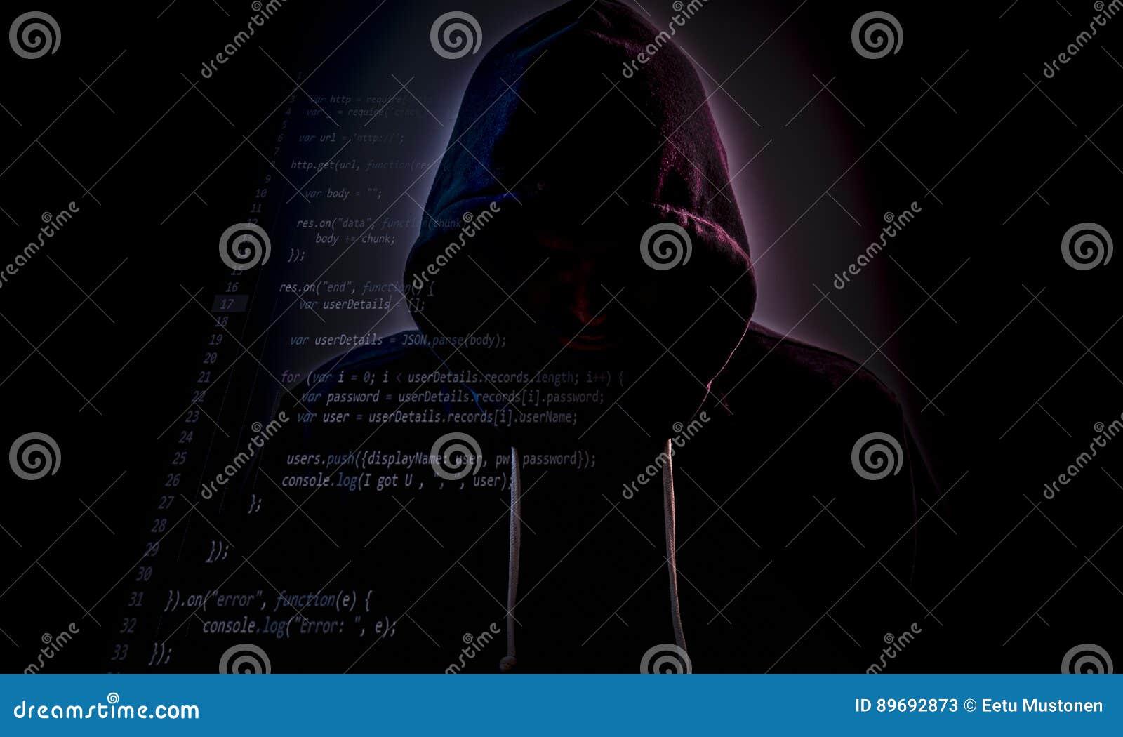 Mit Kapuze Hacker in der Dunkelheit mit Code