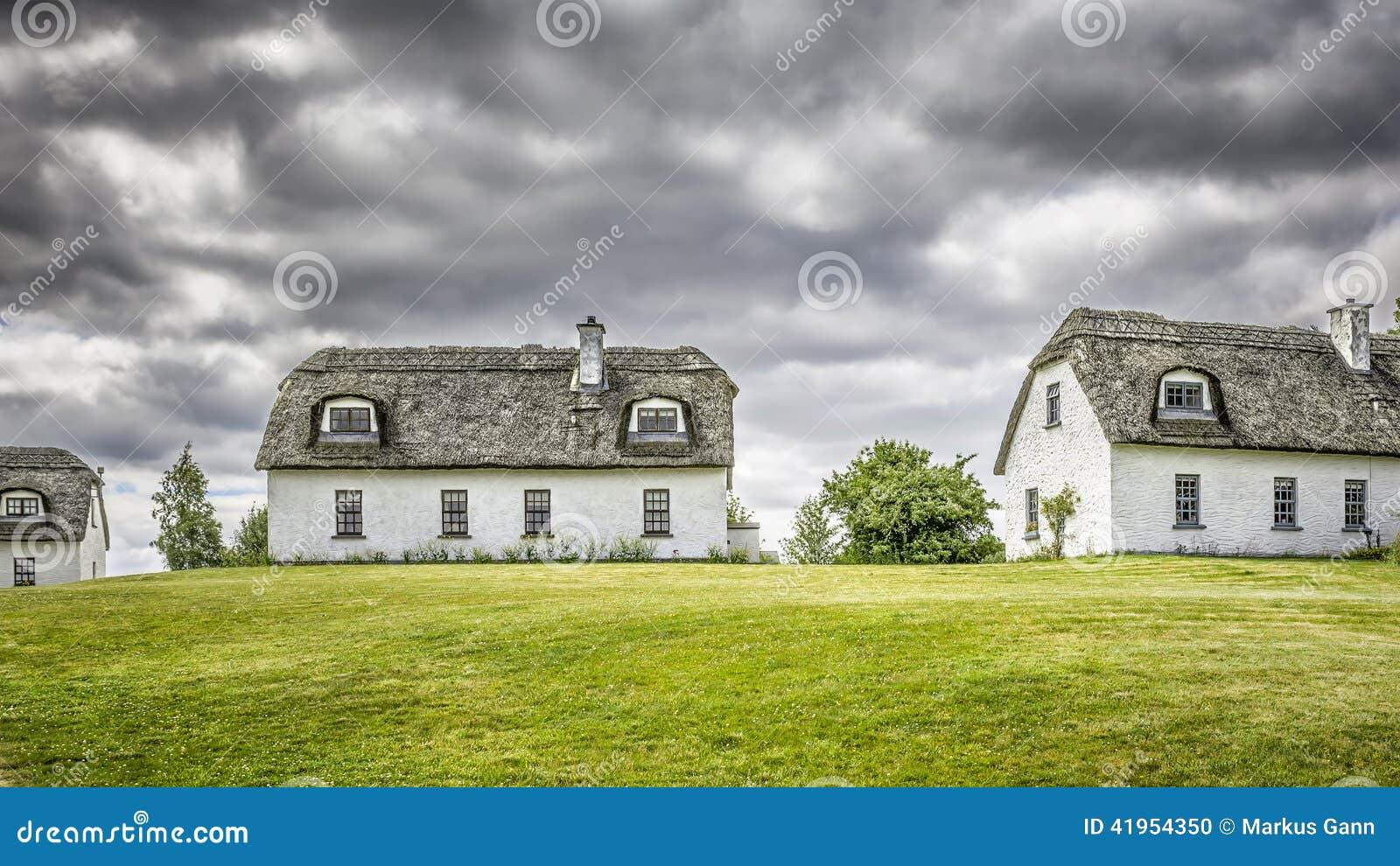 mit stroh gedeckte h user in irland stockfoto bild 41954350. Black Bedroom Furniture Sets. Home Design Ideas