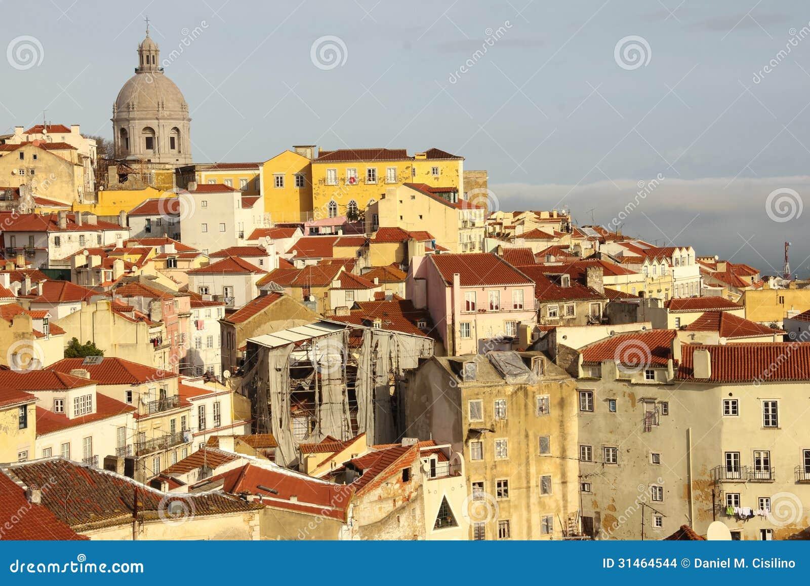 Mit Ziegeln gedeckte Dächer. Ansicht über Alfama-Viertel. Lissabon. Portugal