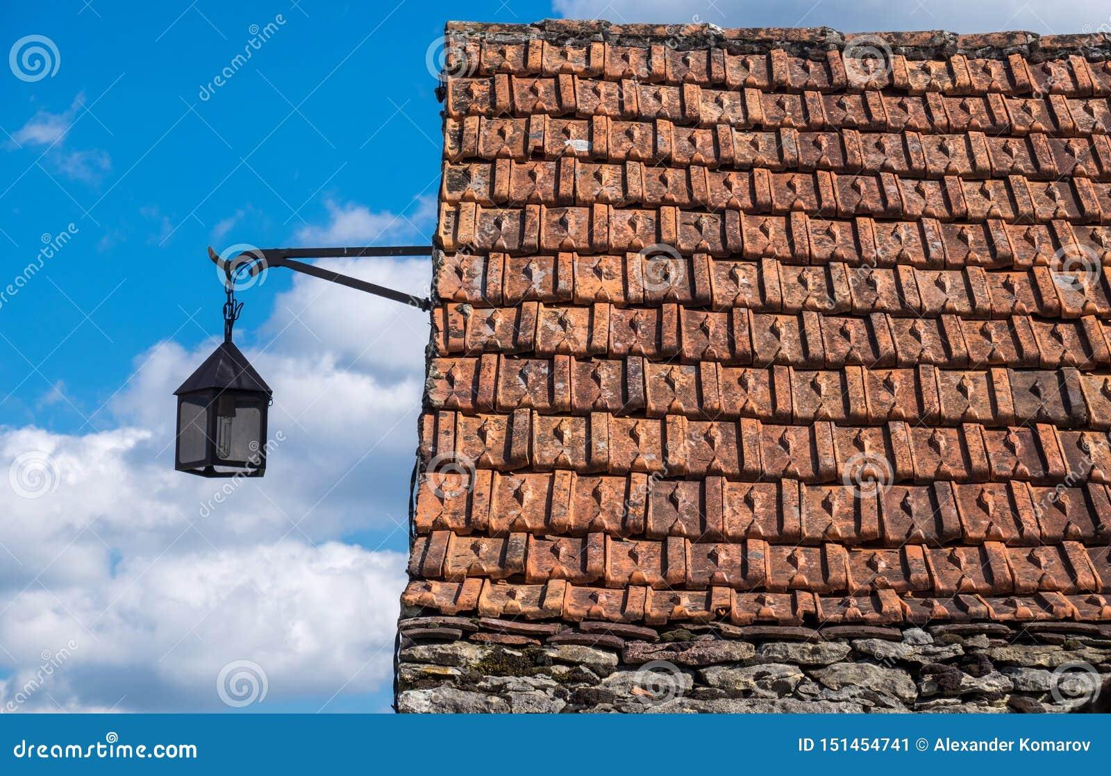 Mit Ziegeln gedecktes Dach einer alten Steinscheune und der Laterne