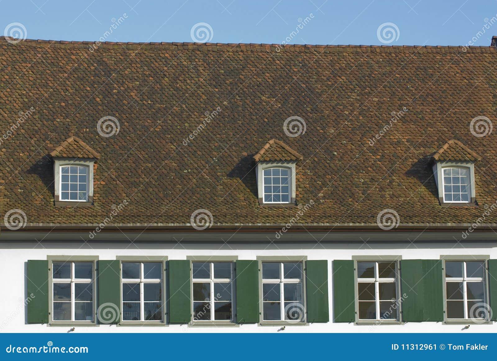 Mit Ziegeln gedecktes Dach mit giebeligen Fenstern