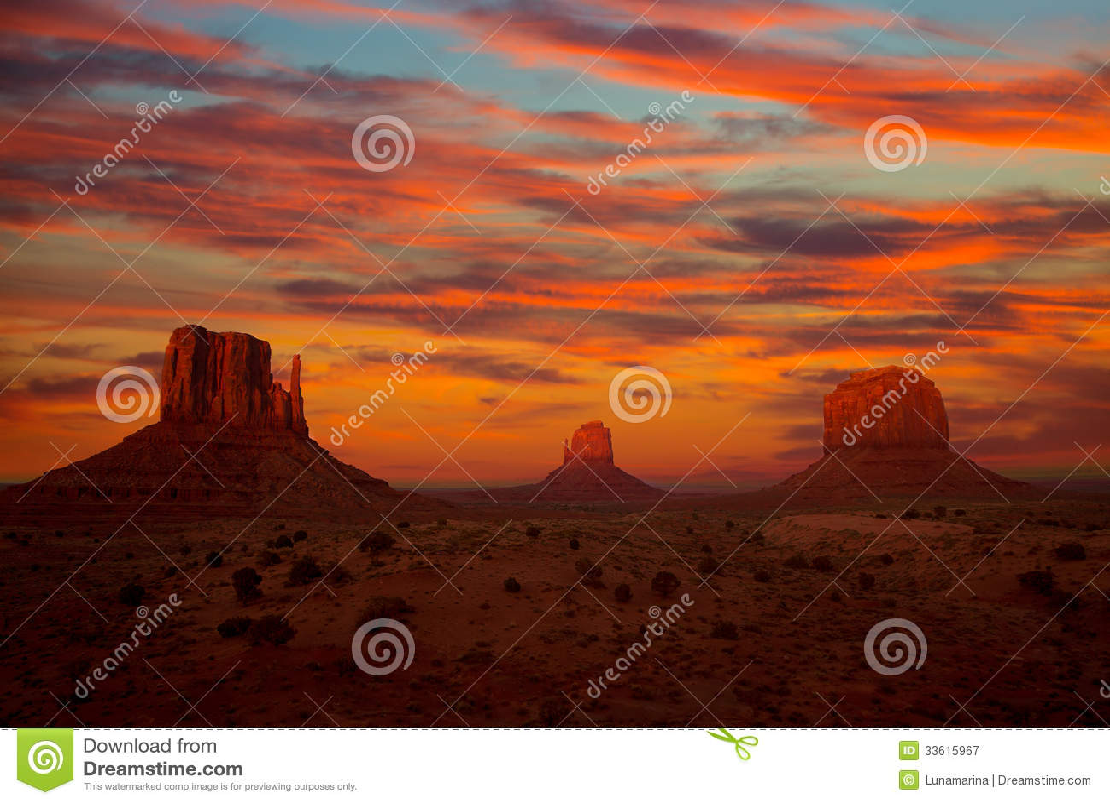 Mitaines et Merrick Butte de coucher du soleil de vallée de monument