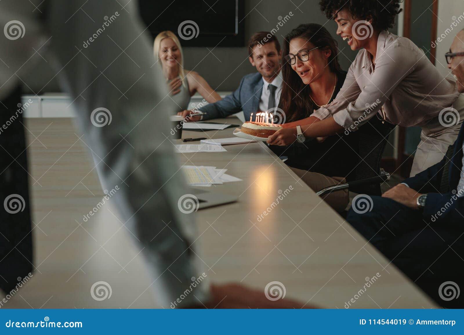 Mitarbeiter Die Geburtstag Eines Weiblichen Kollegen Im Buro Feiern