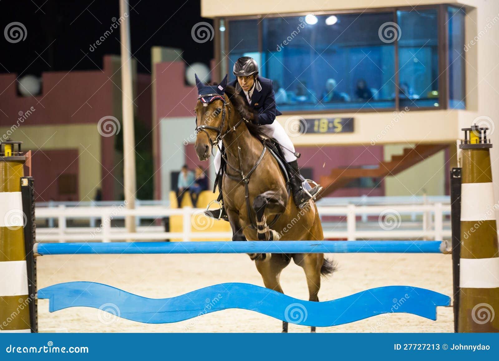 Mitfahrer konkurriert in springendem Erscheinen des Pferds