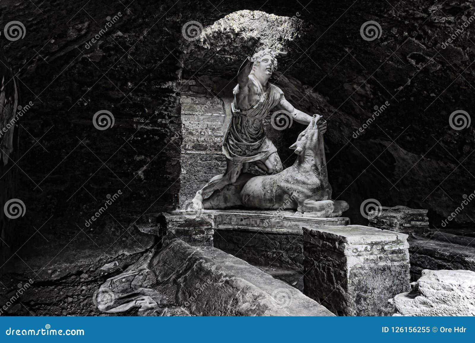 Mither ` s statua zabija byka