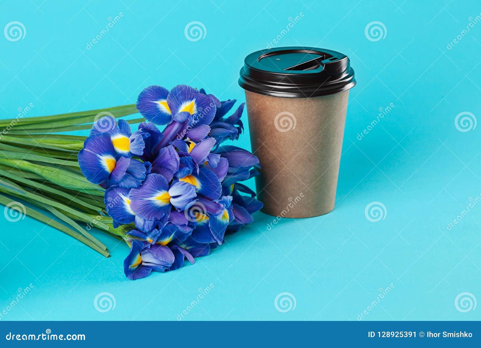Mitnehmerpapierkaffeetassemodell lokalisiert auf blauem Hintergrund