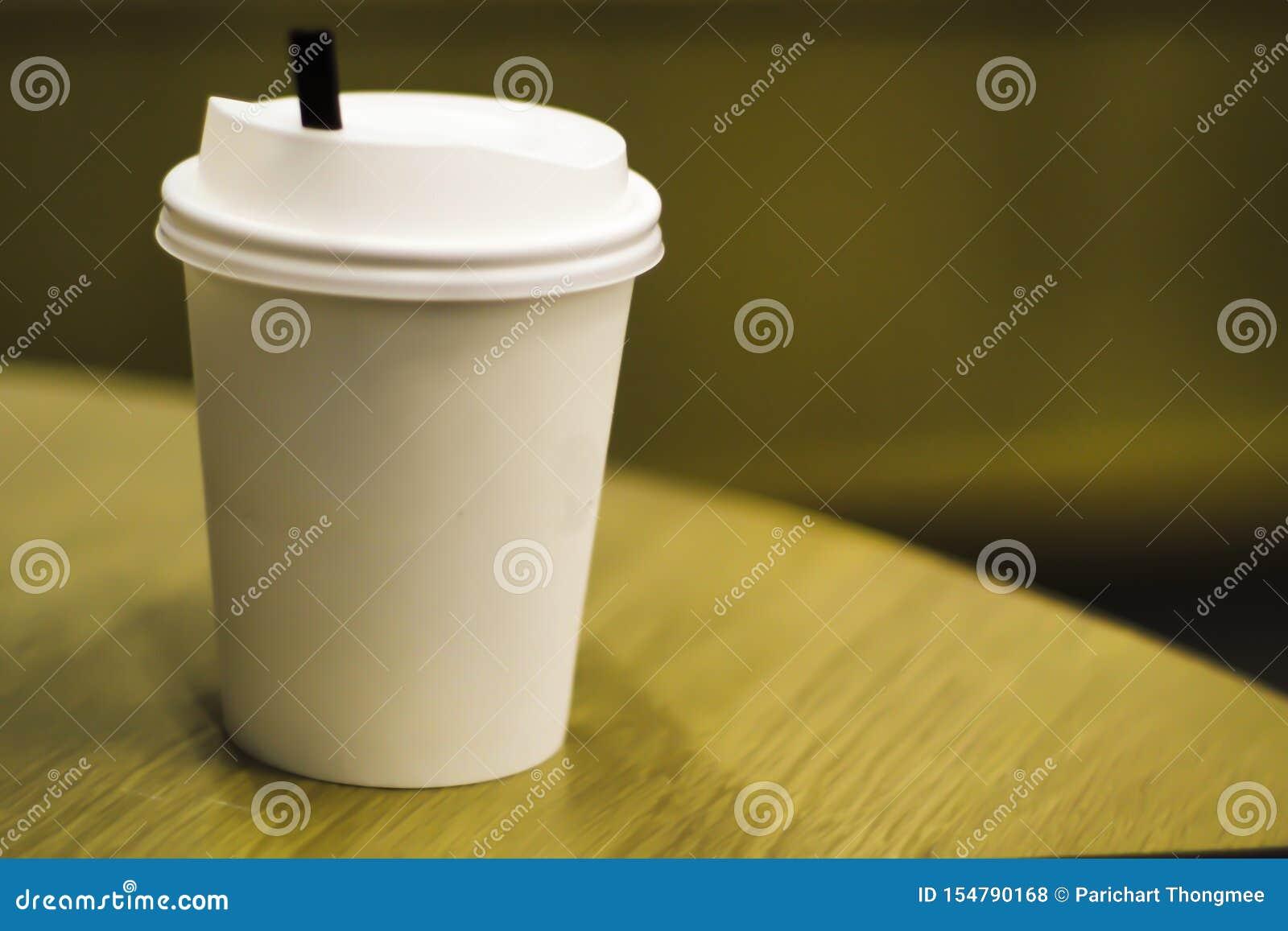 Mitnehmerpapierunterschiedliche Größe der kaffeetasse des freien Raumes lokalisiert auf weißem Hintergrund einschließlich Beschne
