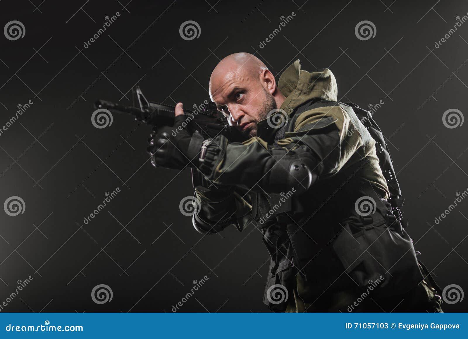 Mitragliatrice della tenuta dell 39 uomo del soldato su un for Planimetrie della caverna dell uomo