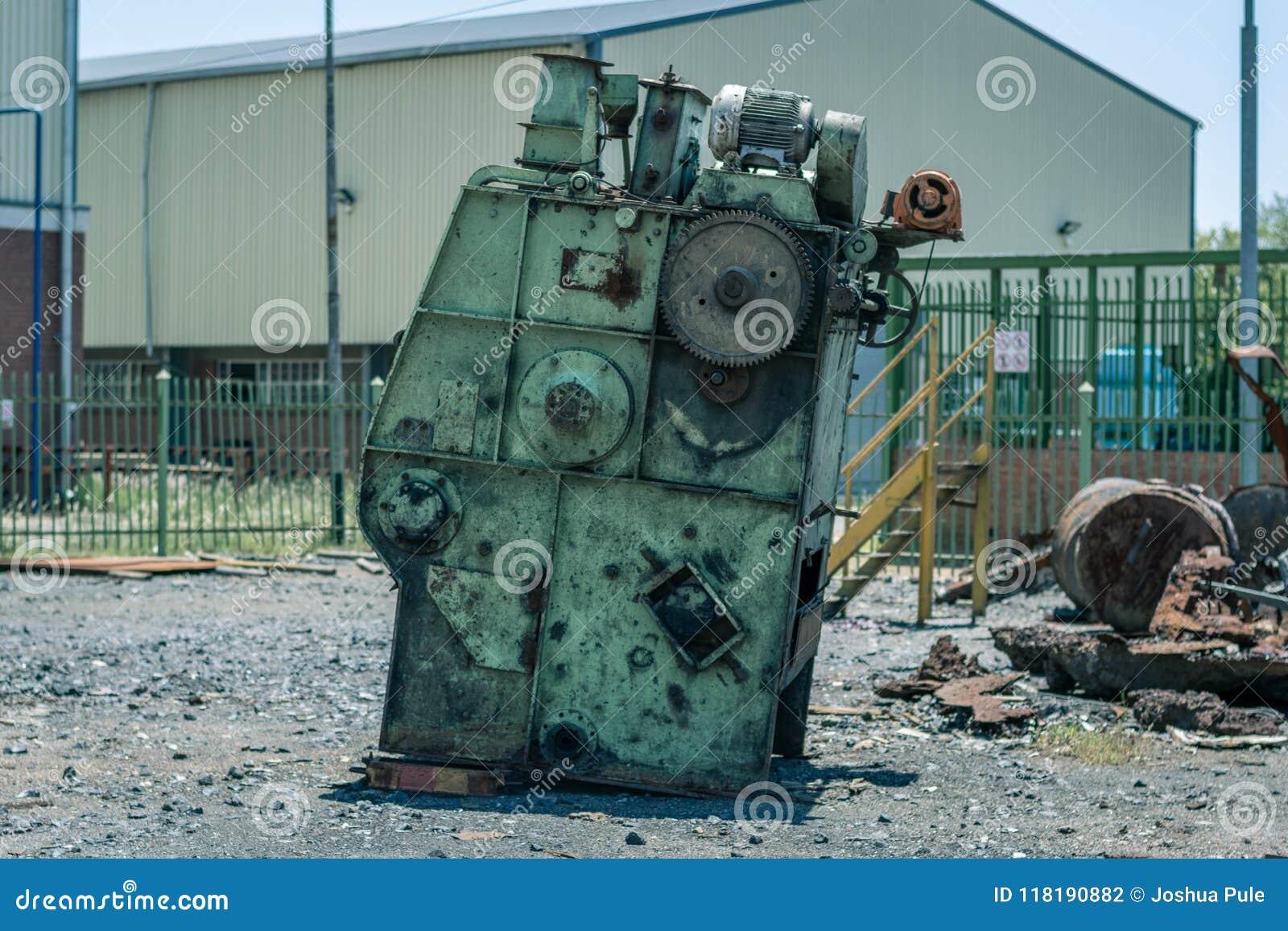 Mitraille d outillage industriel dans une cour vide