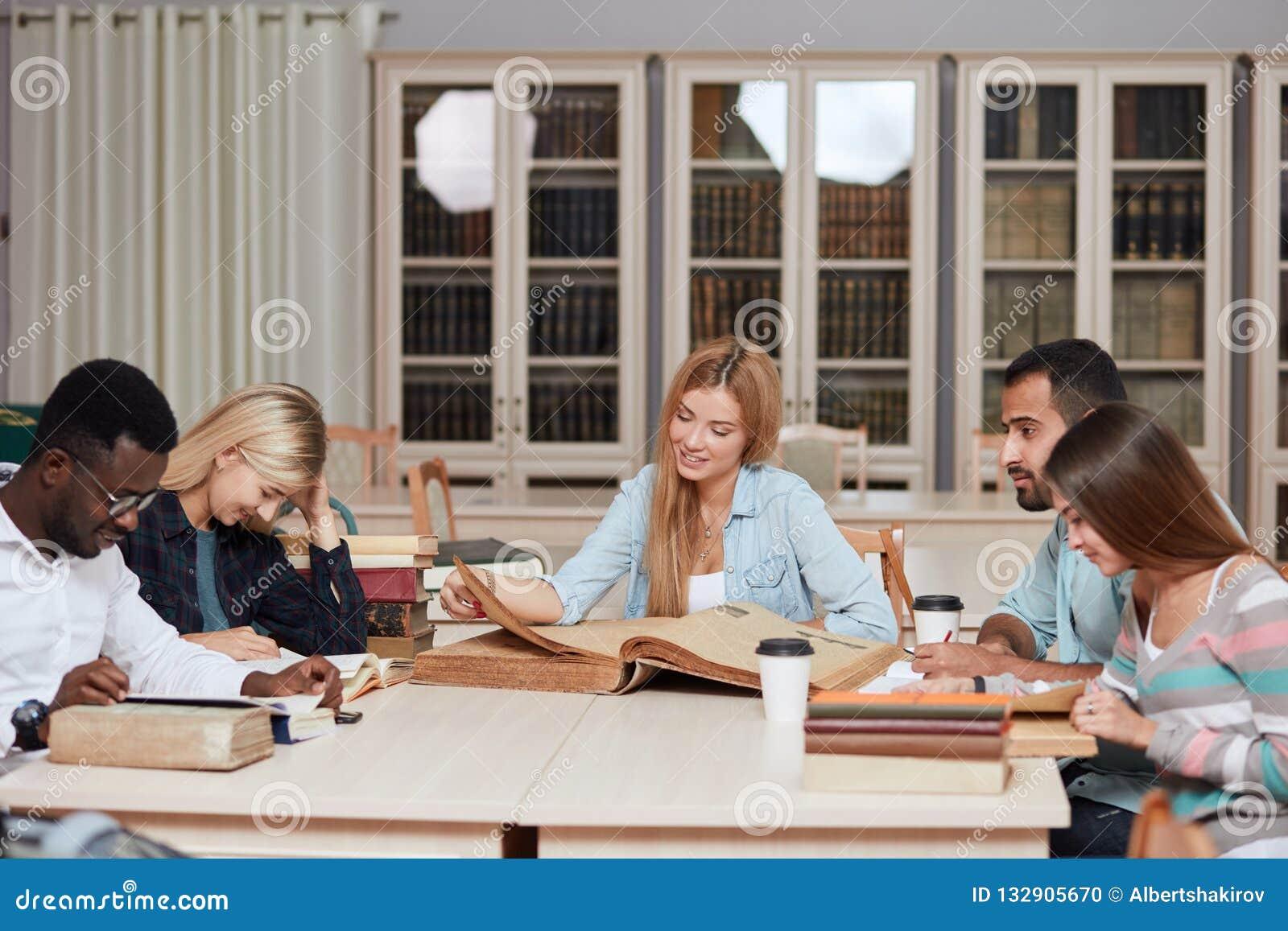 Mitschüler-Klassenzimmer, das internationales Freund-Konzept teilt