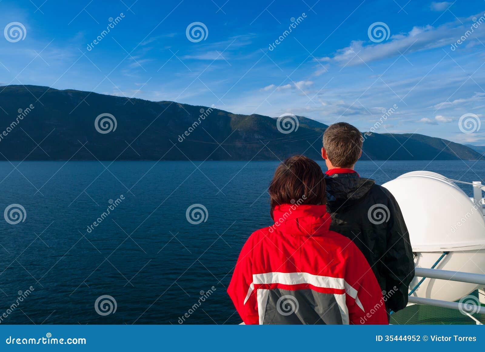 Mitt- vuxna par som stirrar på den härliga Naeroyfjorden