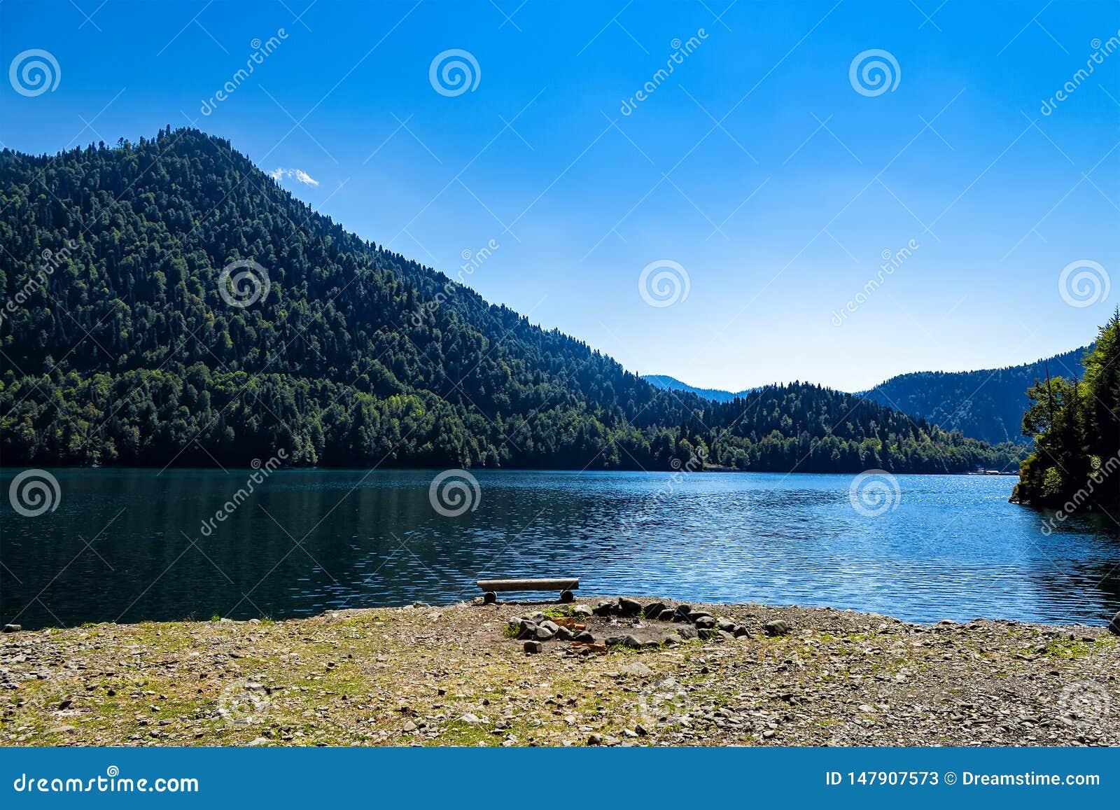 Mittag auf dem Gebirgssee Ritsa