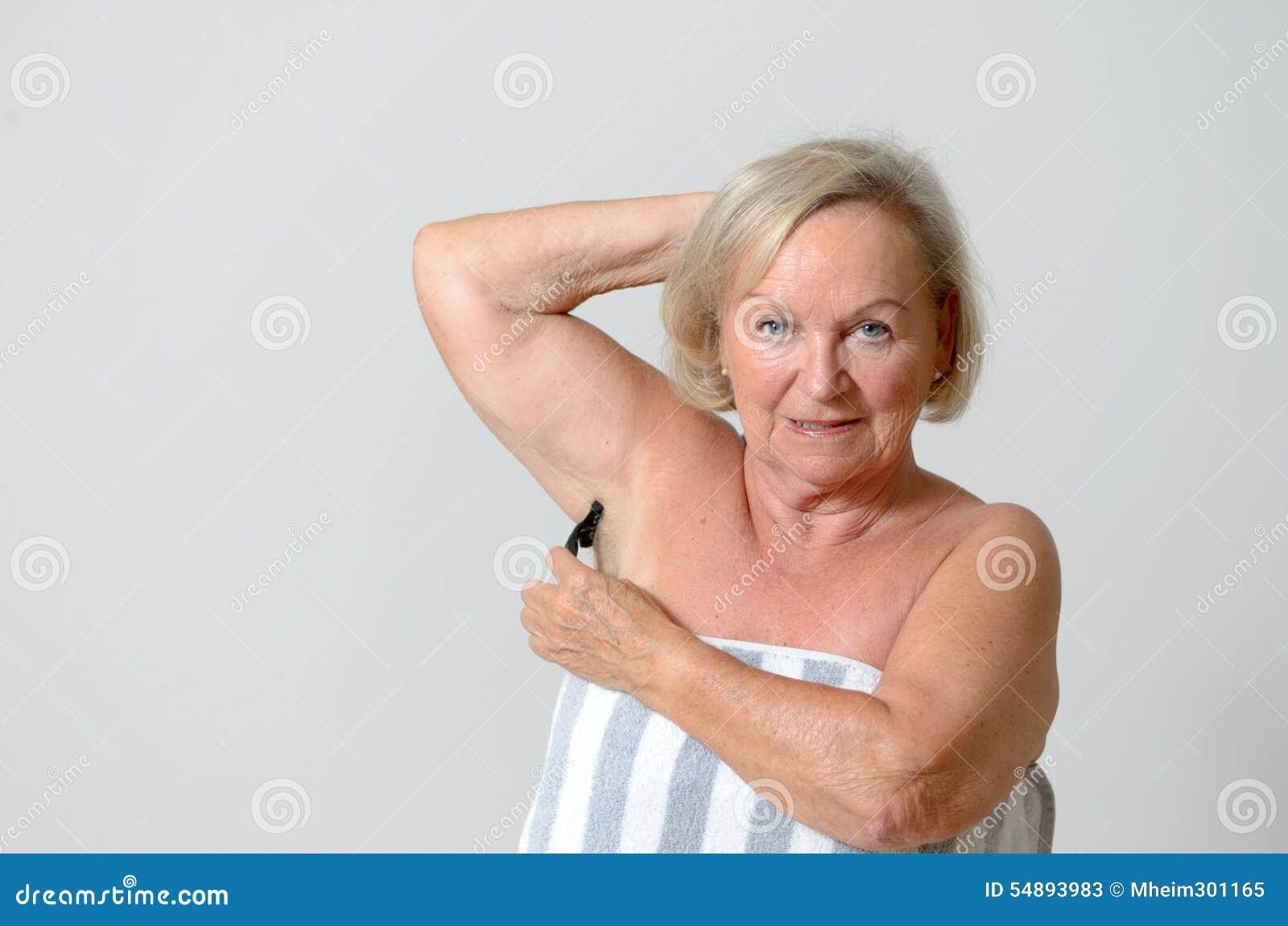 Mitte Gealterte Blonde Frau Die Ihre Achselhohle Rasiert Stockbild