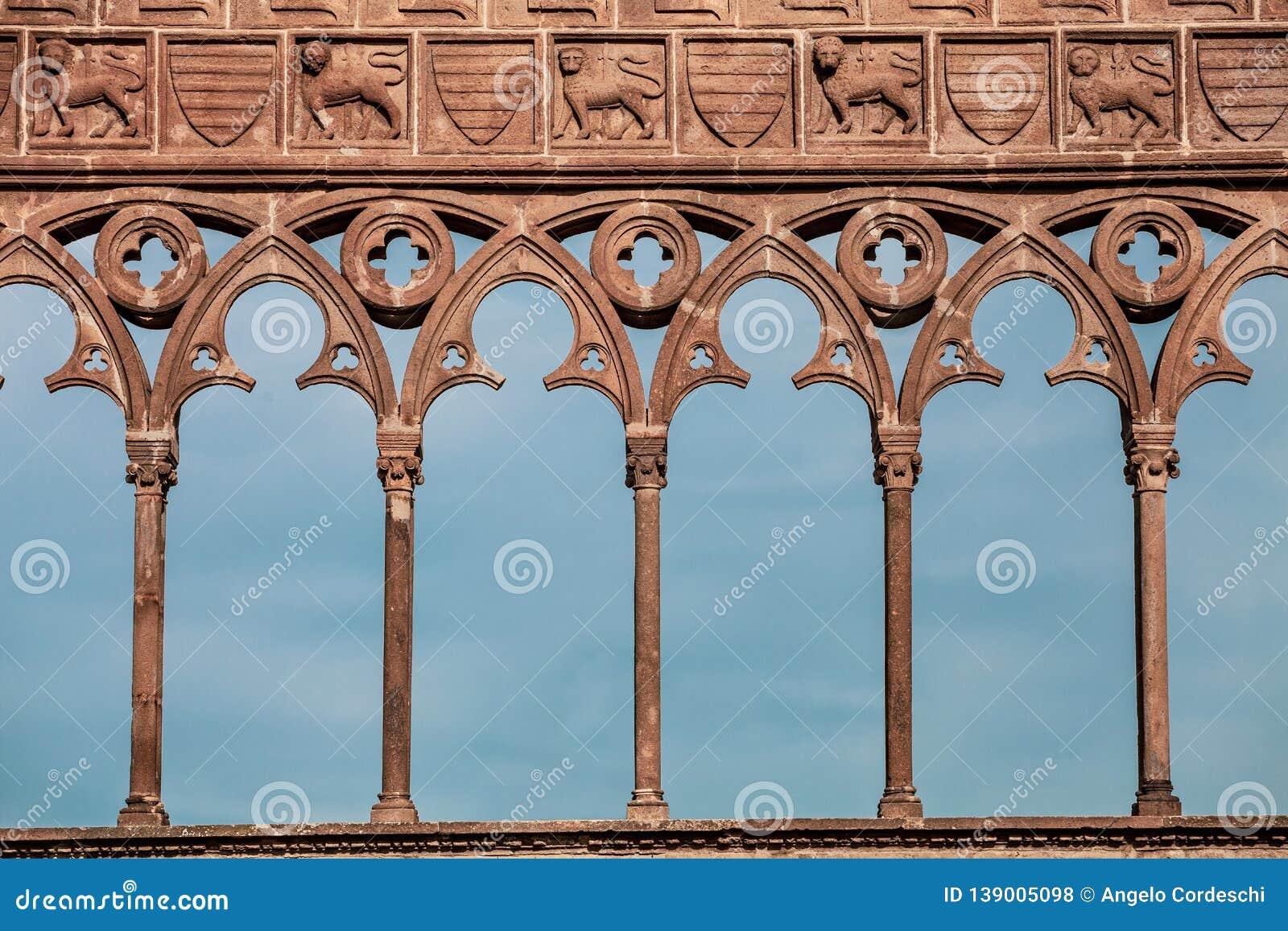 Mittelalterliche antike Dekorationen mit Bögen, geschnitzten Löwen und Spalten