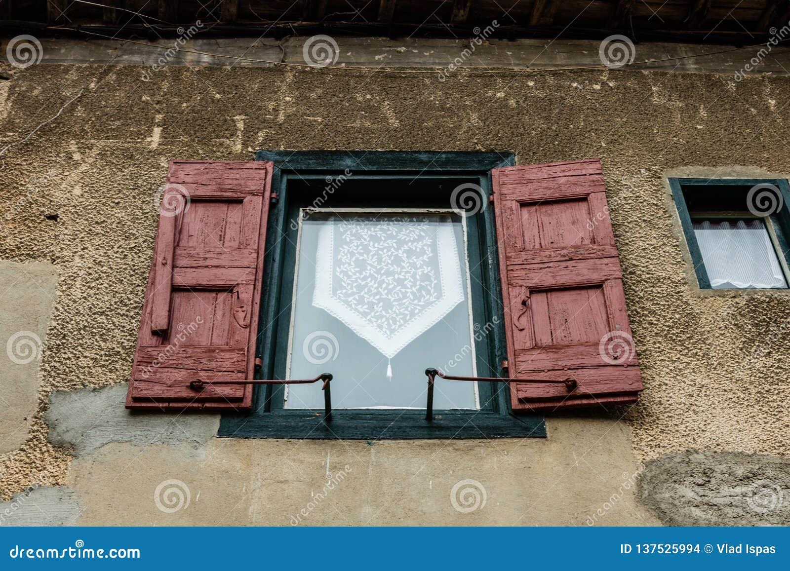 Mittelalterliche Fenster in Carcassonne die verstärkte mittelalterliche Zitadelle gelegen in der französischen Stadt von Carcasso