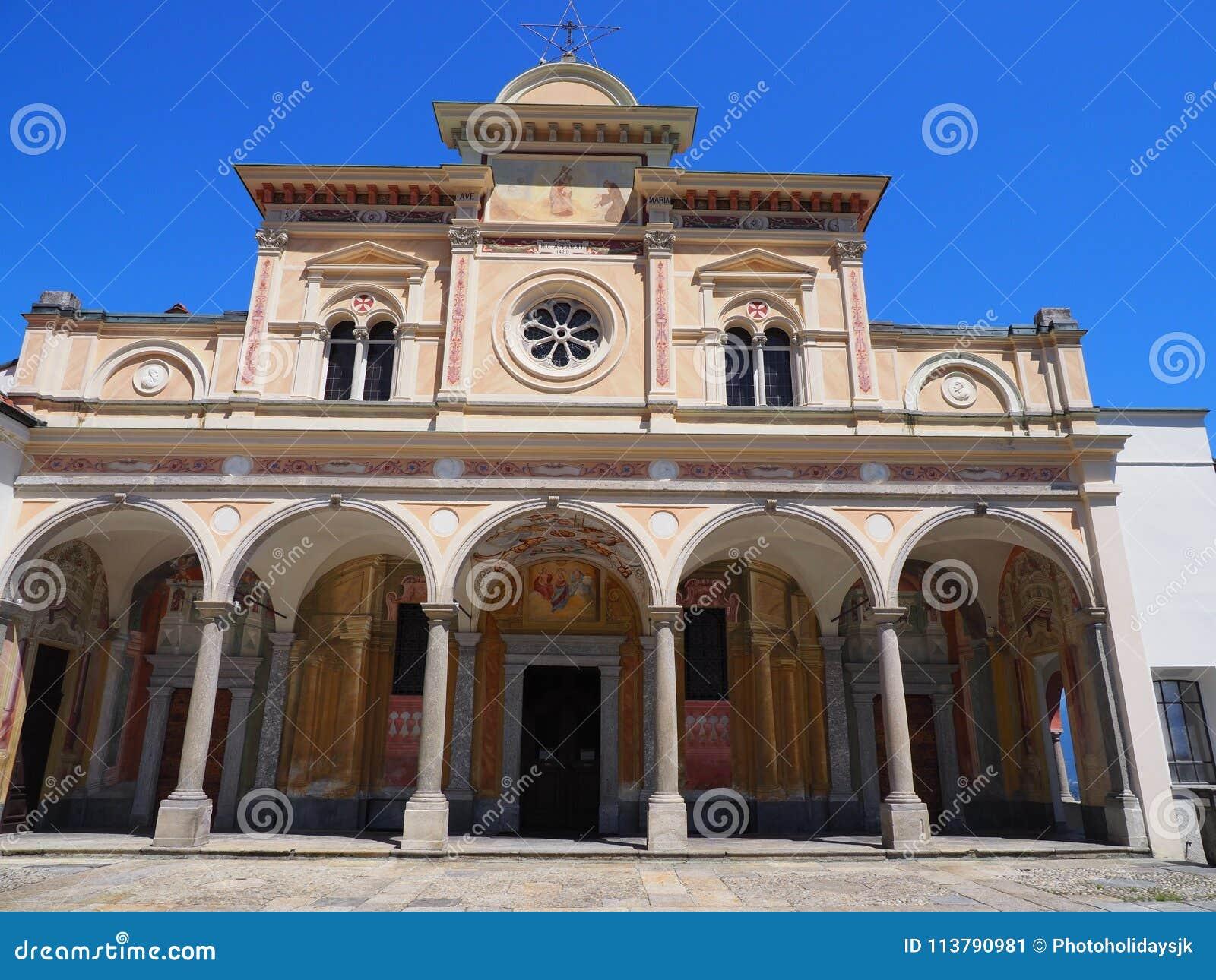 Mittelalterliche Kirche Madonnas Del Sasso Fassade der Schönheit mit Spalten in Locarno-Stadt auf See Maggiore in der Schweiz