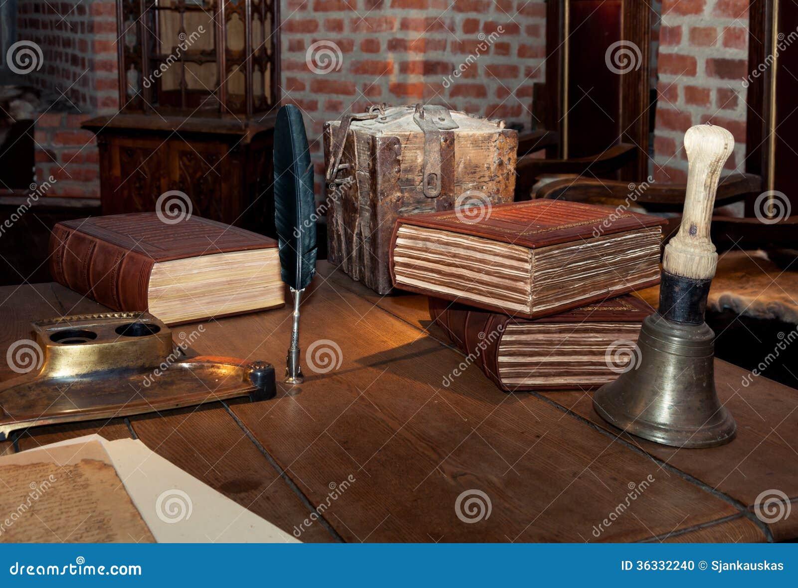 mittelalterlicher schreibtisch stockfoto bild von nachricht glocke 36332240. Black Bedroom Furniture Sets. Home Design Ideas