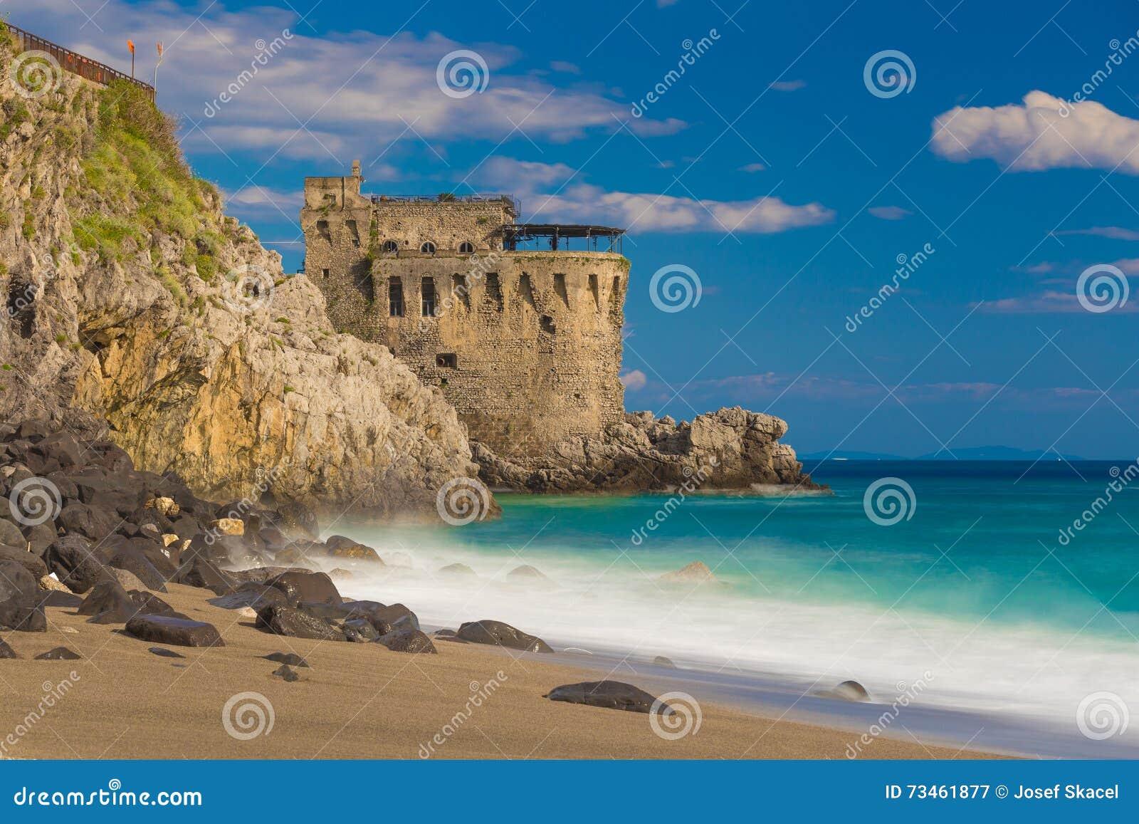Mittelalterlicher Turm auf der Küste von Maiori-Stadt, Amalfi-Küste, Kampanien-Region, Italien