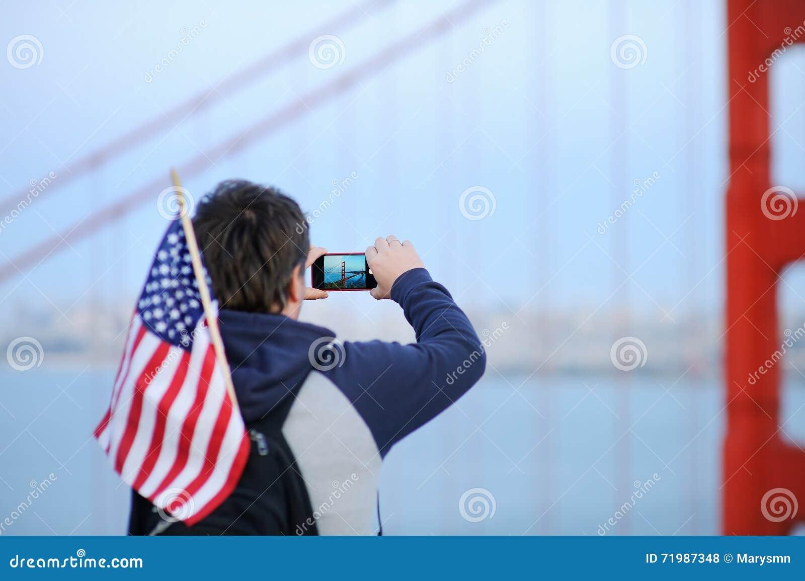 Mittelaltermann, der bewegliches Foto auf Golden gate bridge macht