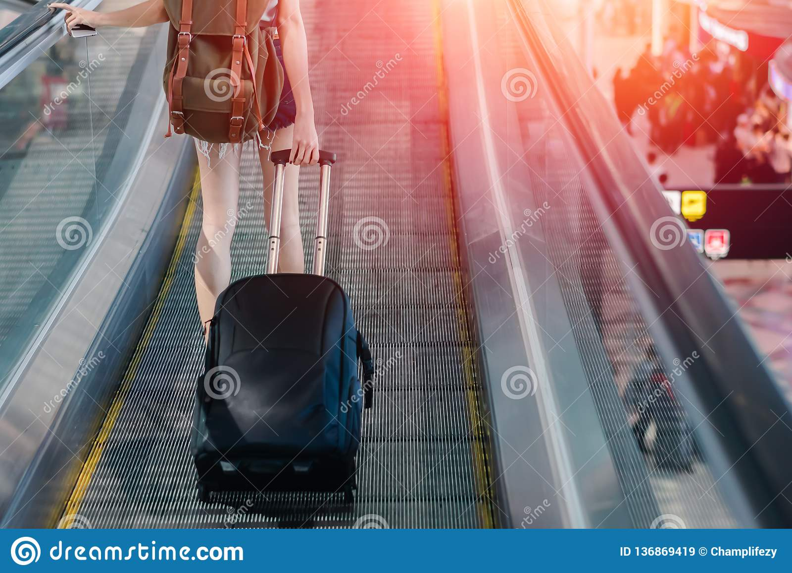Mittelteil-Frau mit dem Gepäck, das am Flughafen reist