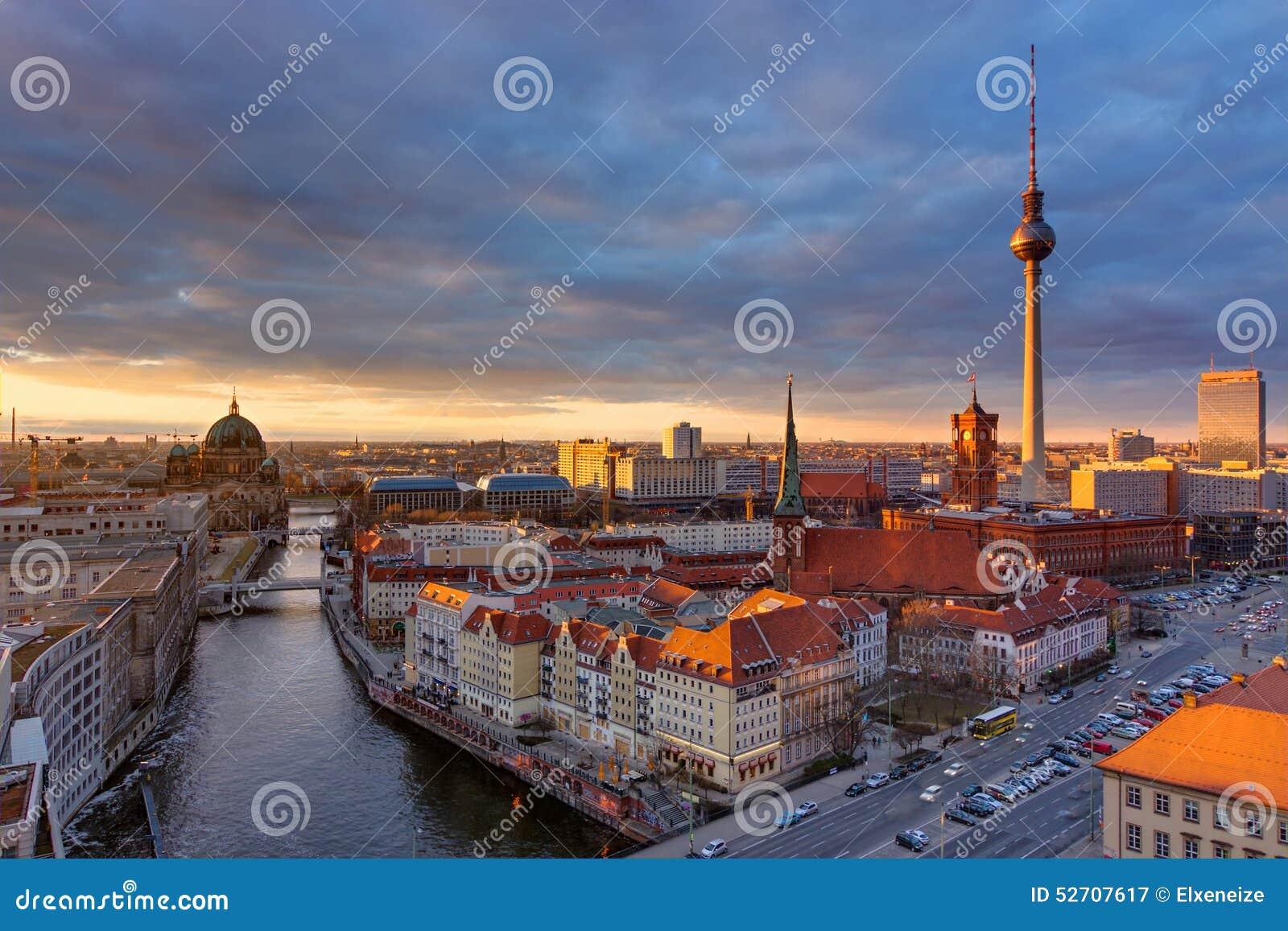 Mitten av Berlin på solnedgången