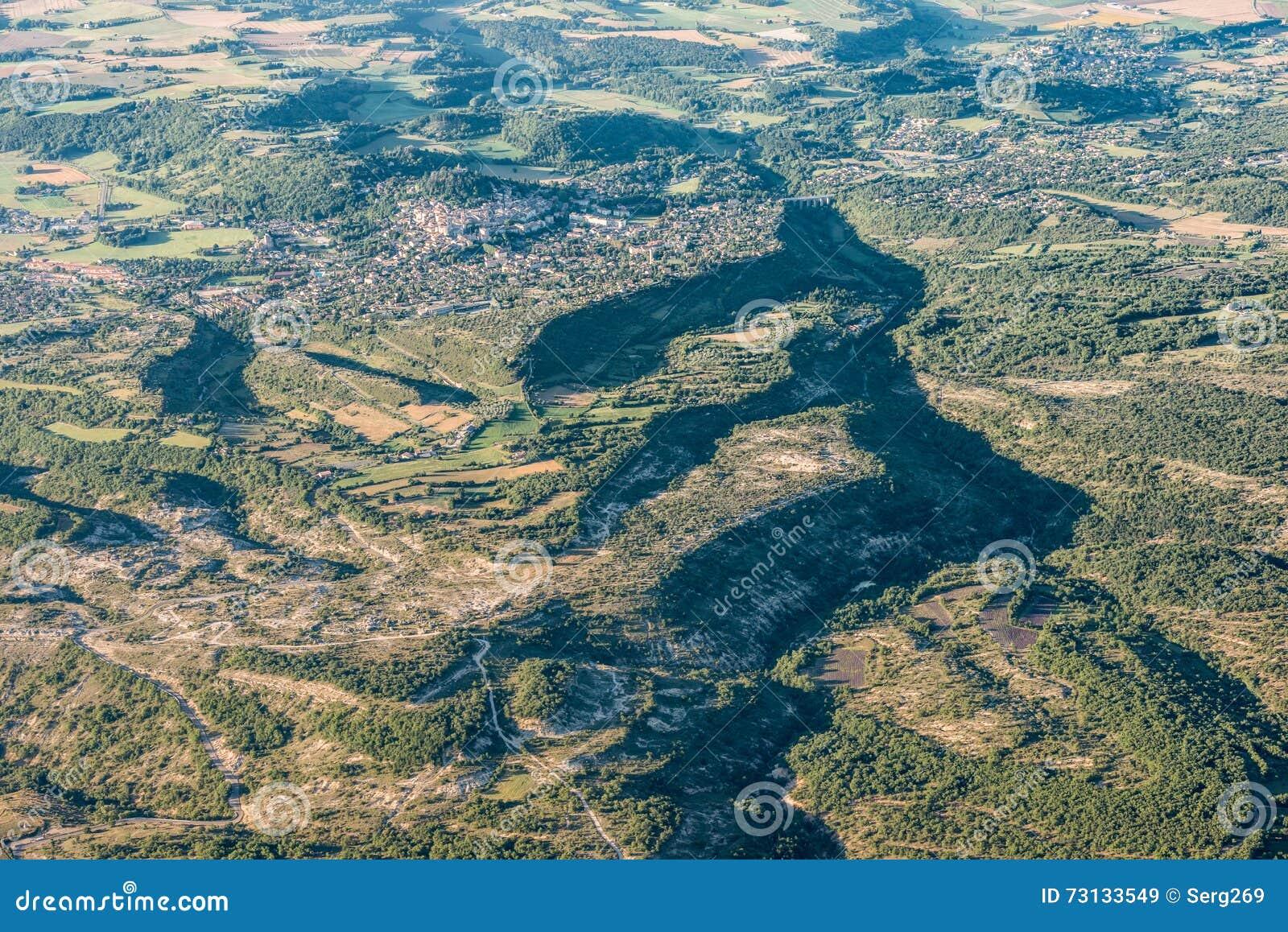 Mitten- in der Luftansicht von grünen Hügeln und von bebautem Land nahe Forcalquier