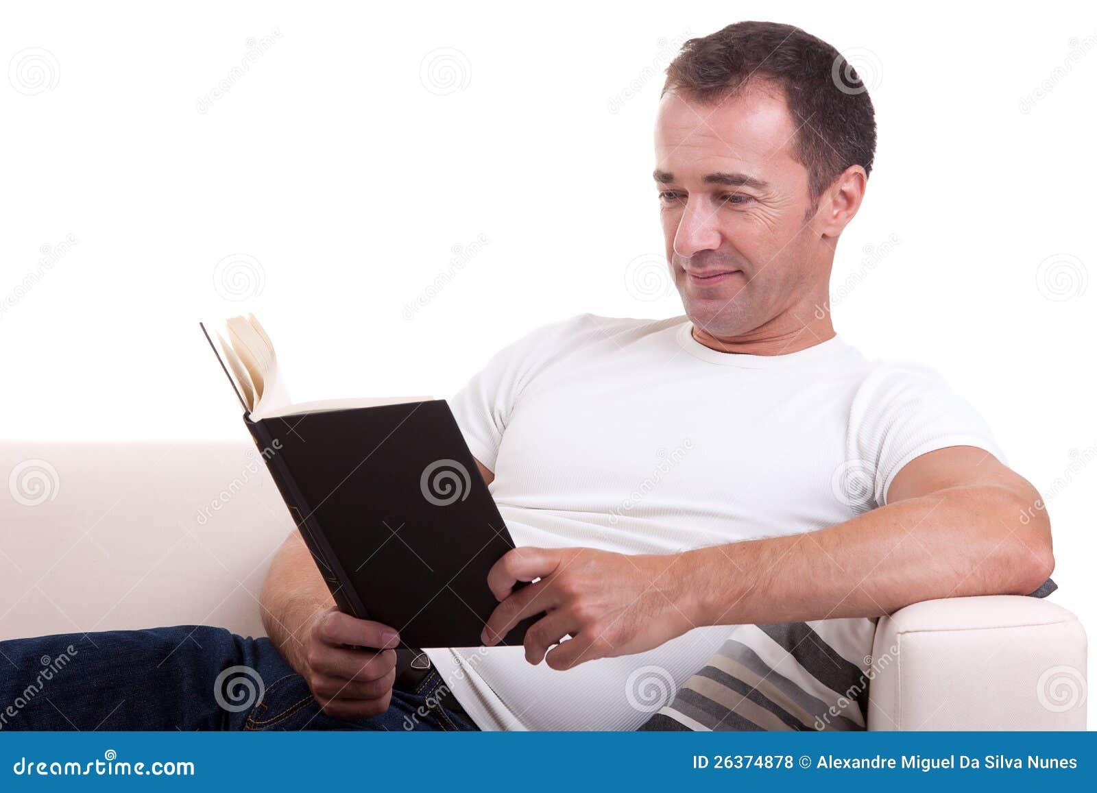 Mittler-Alter Mann, der auf dem Sofa liest ein Buch liegt
