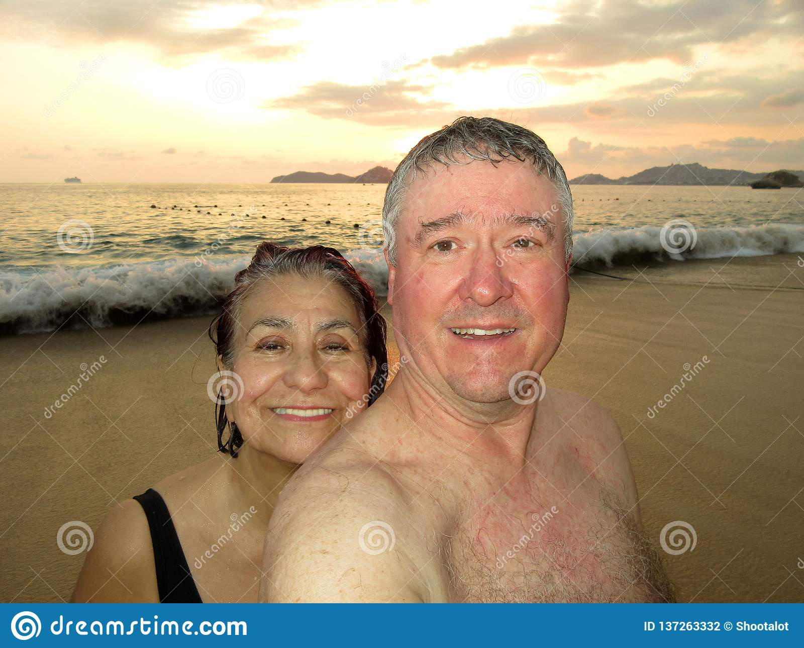 Mittlere gealtert verbinden bei Sonnenuntergang in Acapulco